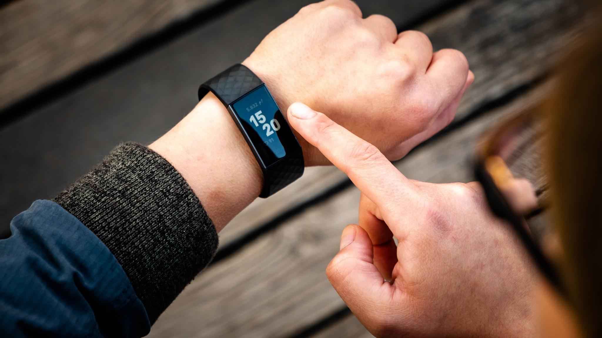 Mit nur einem Klick kannst Du künftig per Fitbit Charge 3 auf Nachrichten reagieren.