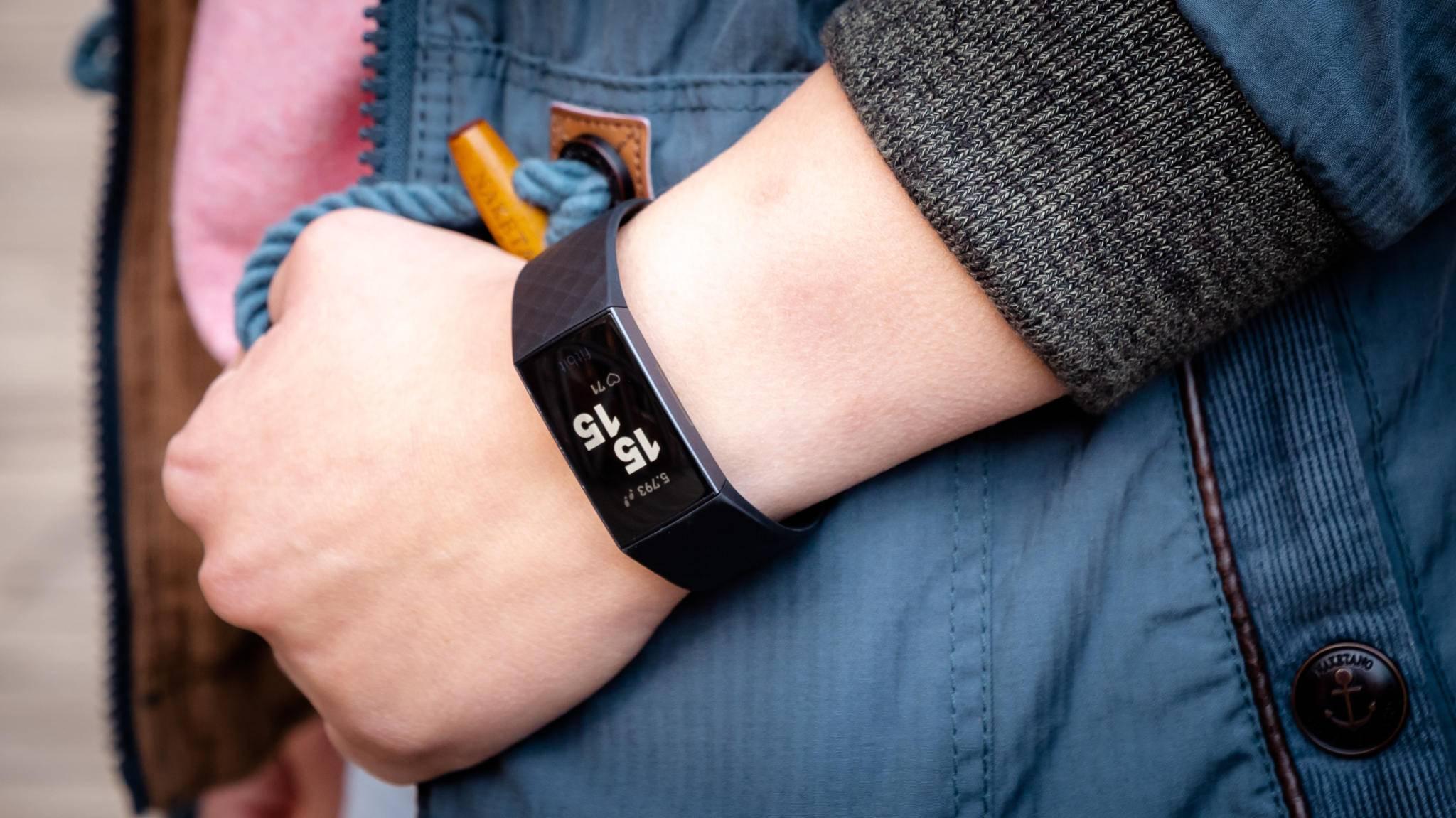 Nach nur wenigen Schritten ist der Fitbit Charge 3 auch schon betriebsbereit.