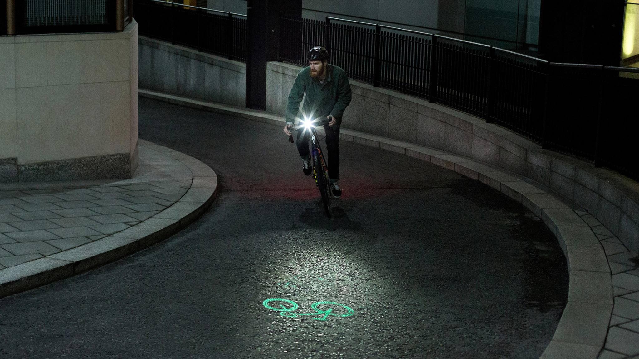 Mit dem Fahrradlicht Laserlight Core werden Radler schon Meter im Voraus gesehen.