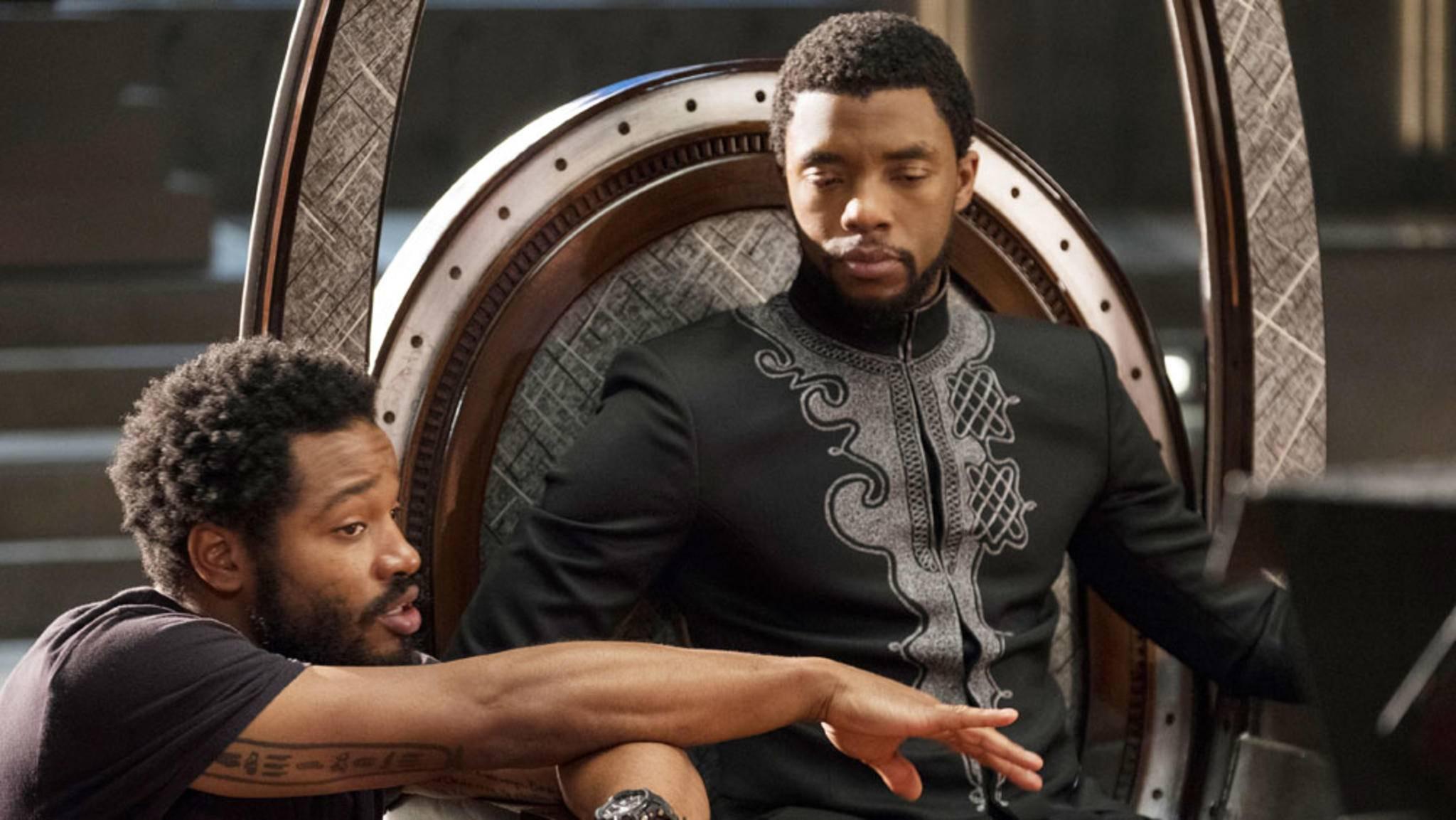 """Auch für """"Black Panther 2"""" nimmt Regisseur Ryan Coogler (links im Bild) wieder auf seinem persönlichen Thron, dem Regiestuhl, Platz."""