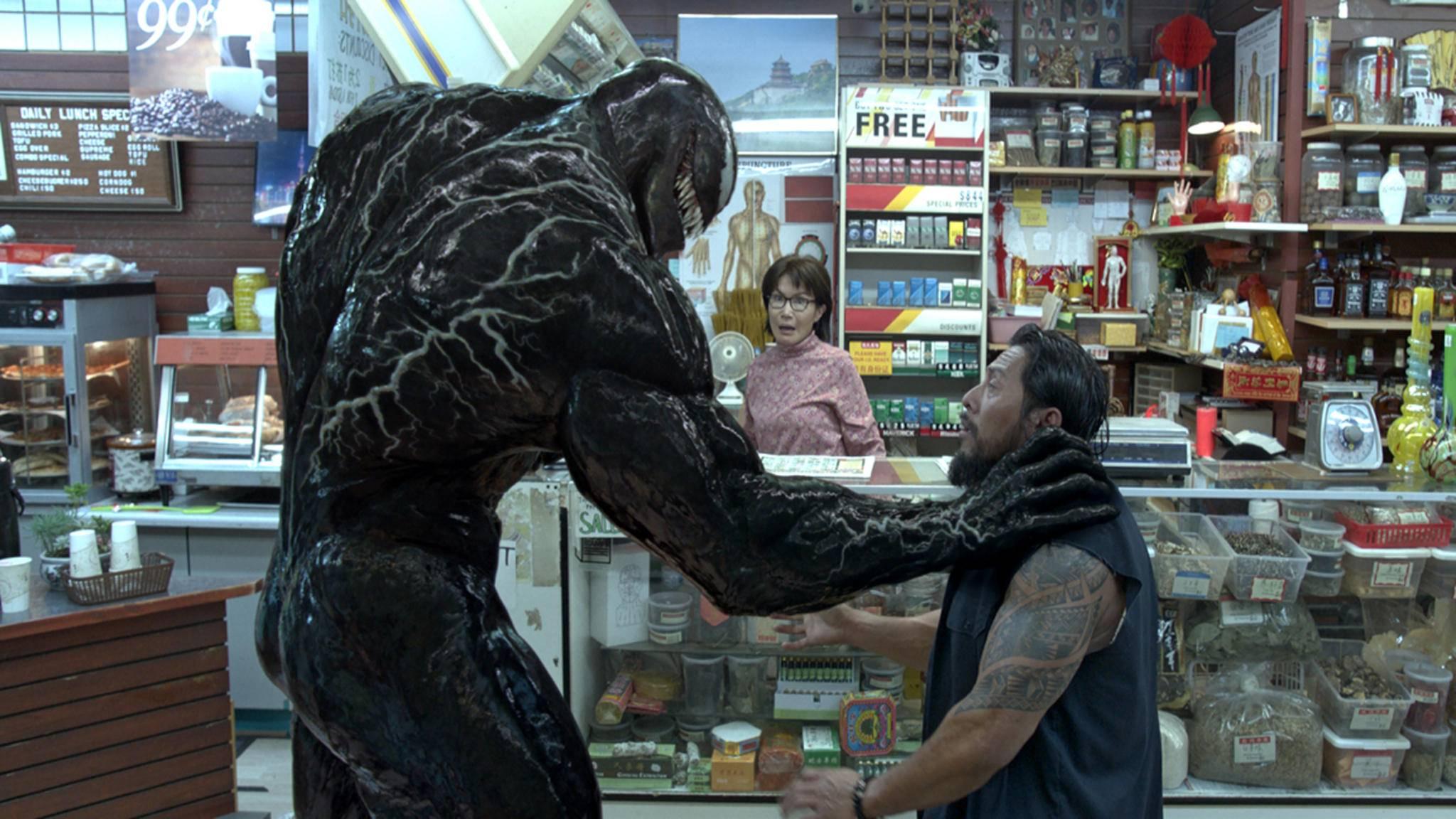 """Ob menschliche Gehirne oder die Spitzen der Kinocharts: """"Venom"""" krallt sich alles, was ihm zwischen die Klauen kommt."""