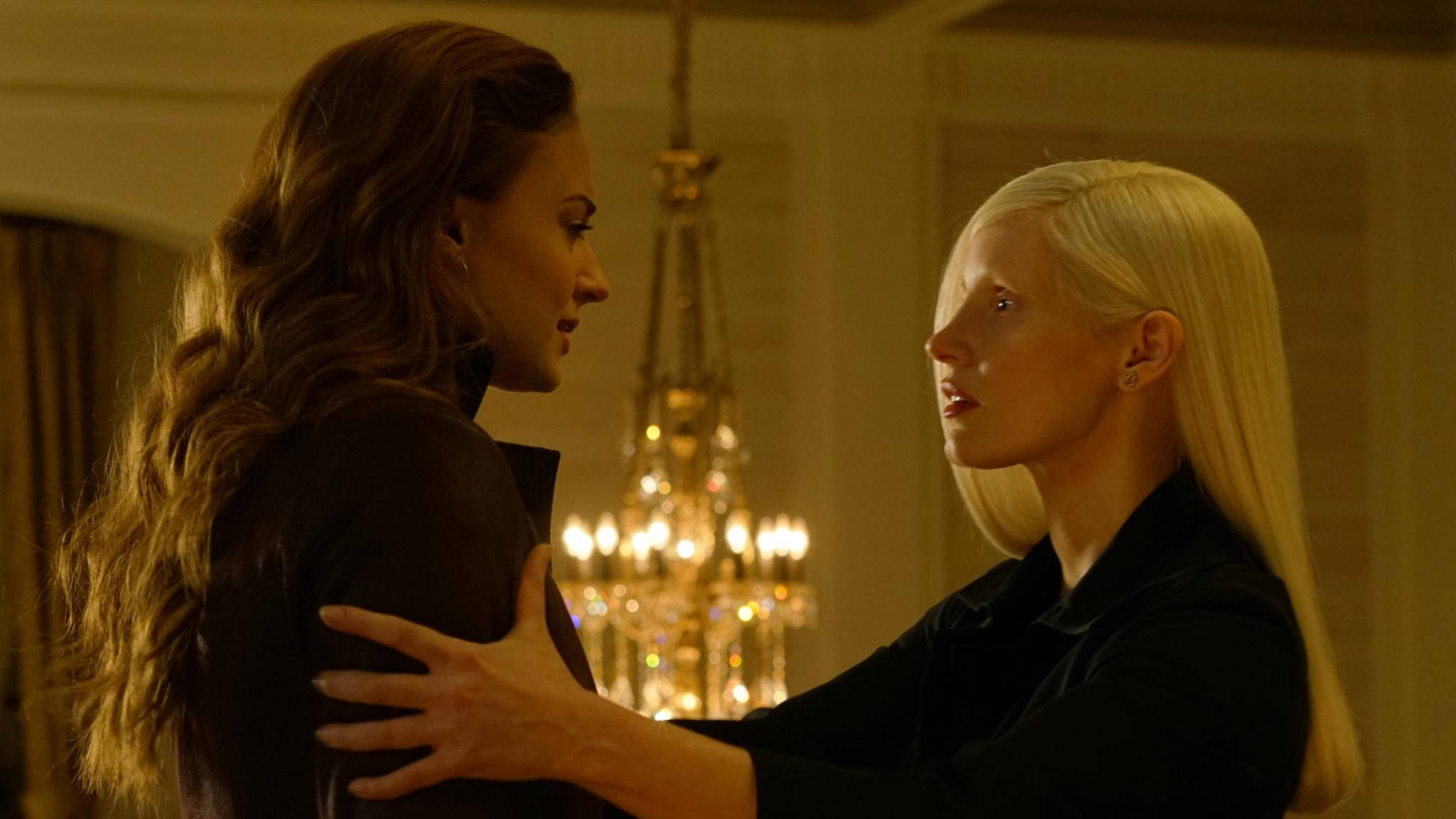 Jean Grey aka Dark Phoenix (Sophie Turner, links) hat einen schweren Stand im Kino.