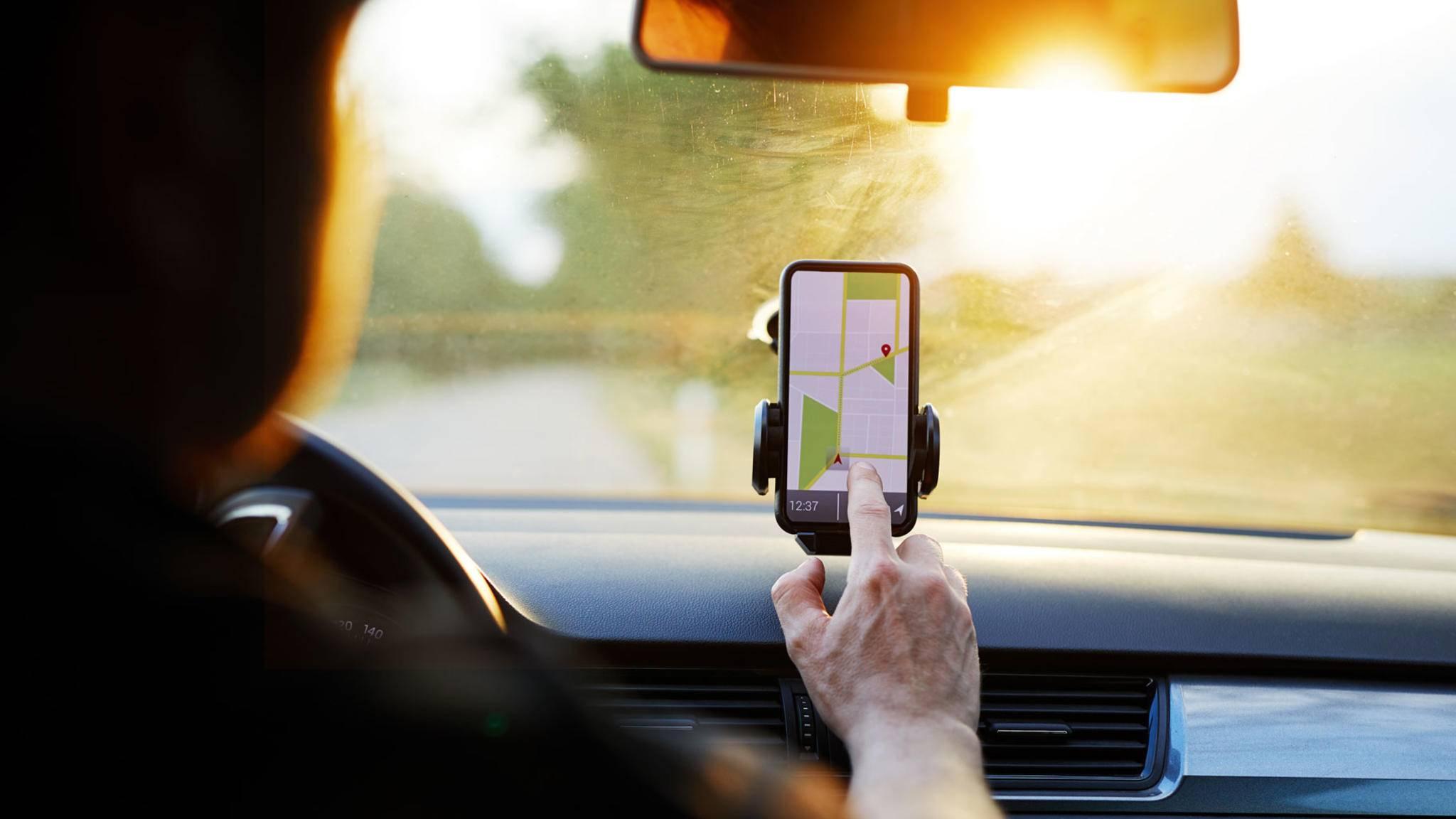 Soll das iPhone während der Fahrt als Navi dienen, benötigst Du eine ordentliche Halterung.
