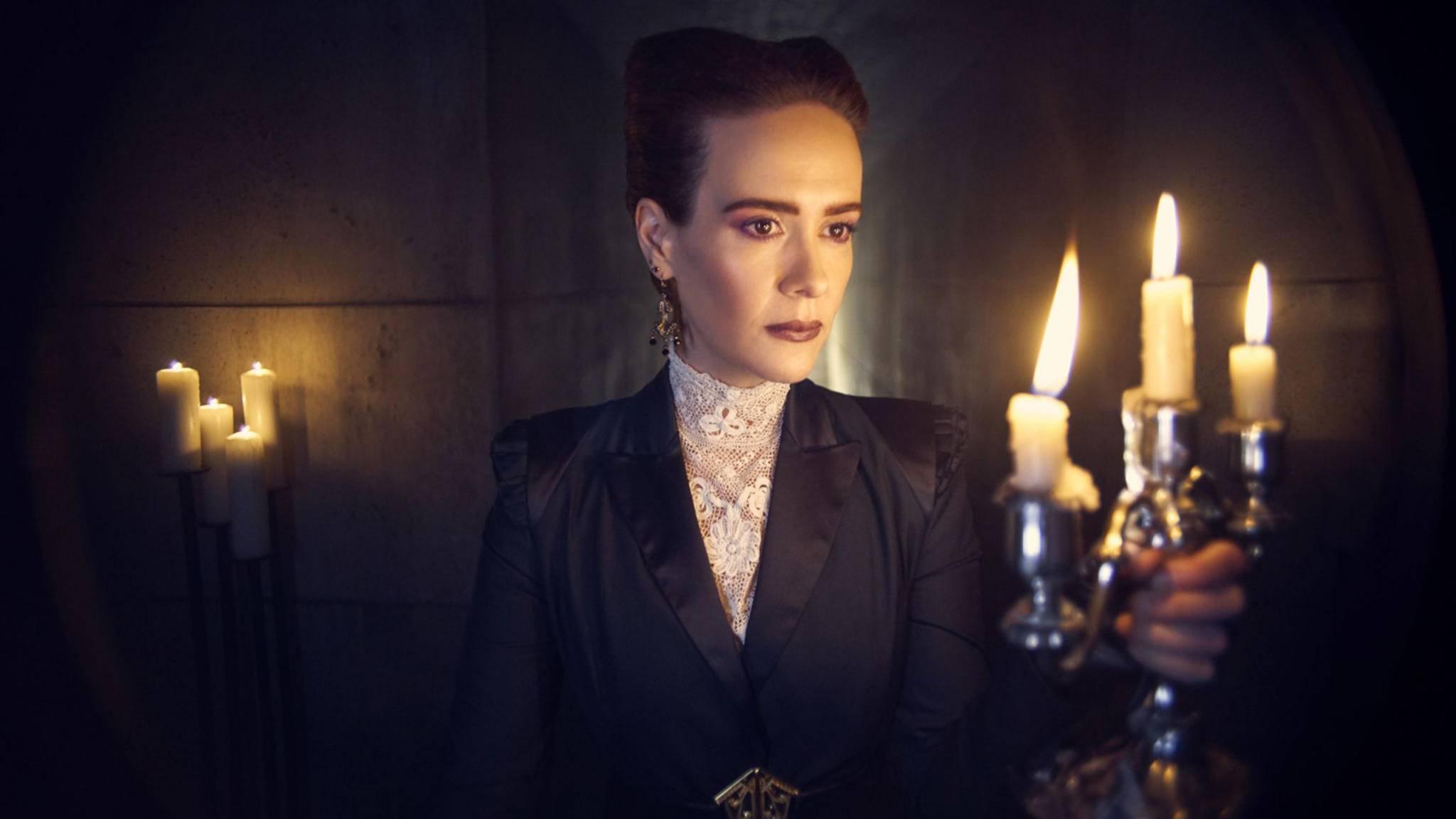 """Bald gehen die Lichter – oder Kerzen – am Set von """"American Horror Story"""" endlich wieder an."""