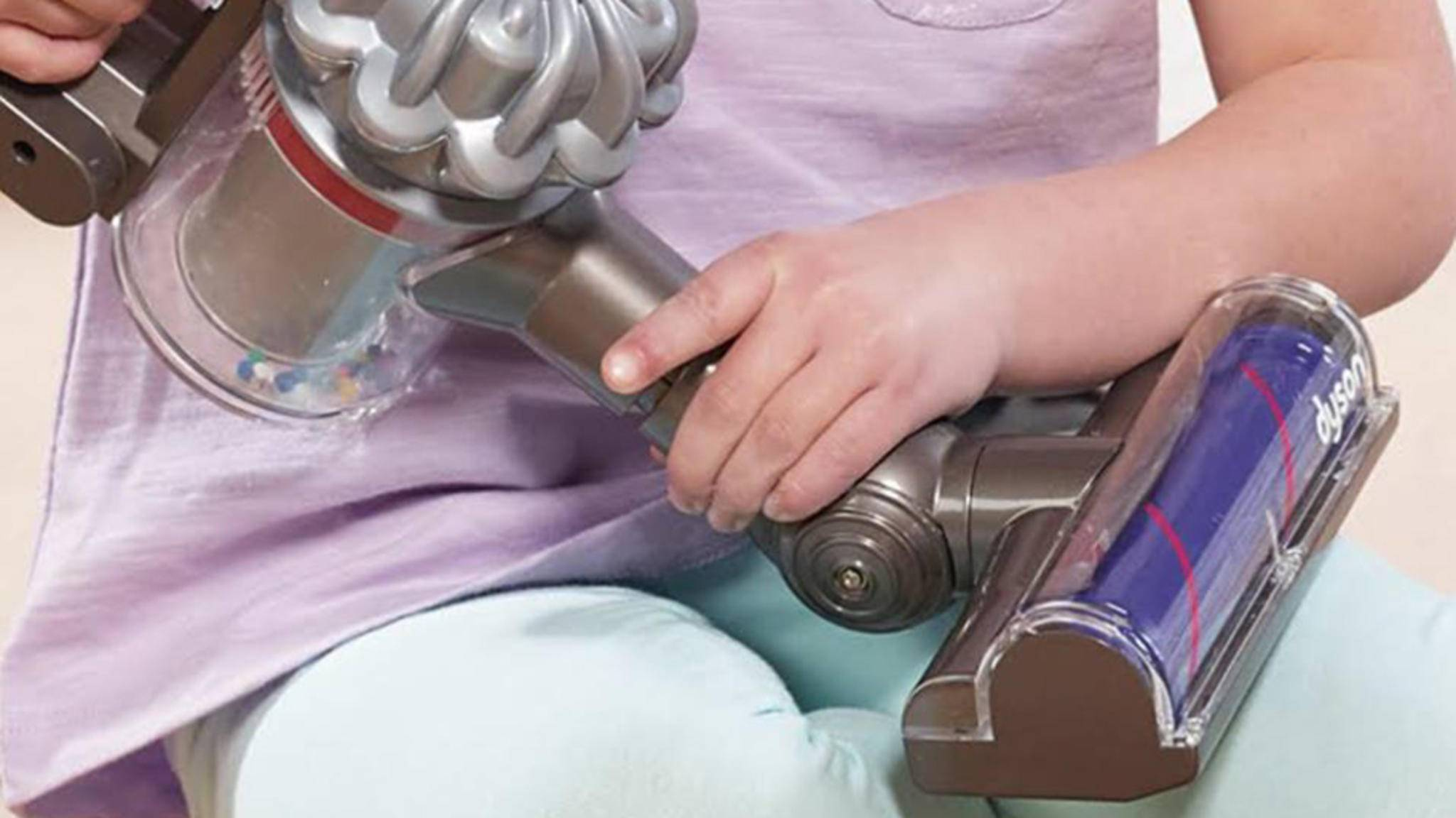 Auch Kinderhände sind von Dyson-Staubsaugern begeistert.