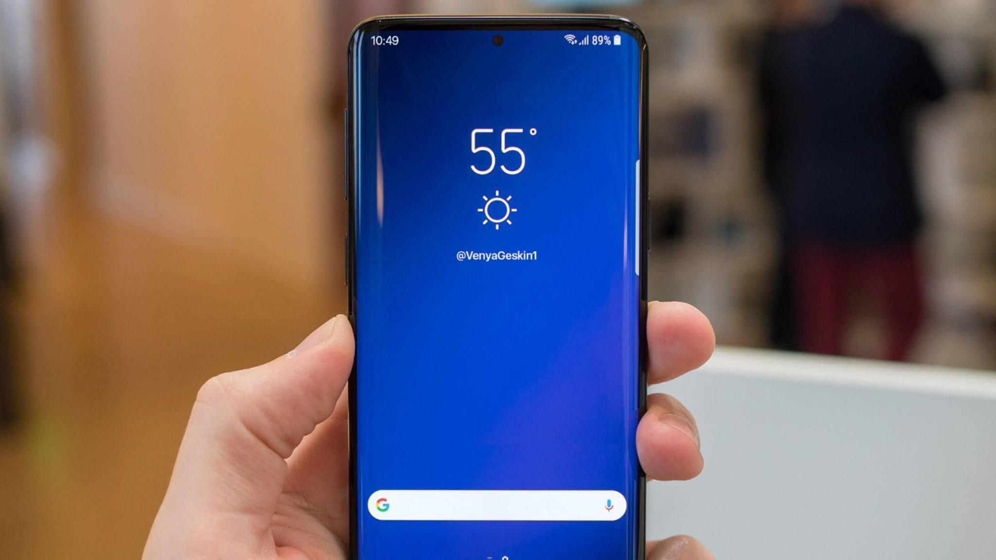Eine geleakte Displayschutz-Folie deutet ein fast randloses Display beim Galaxy S10 an.
