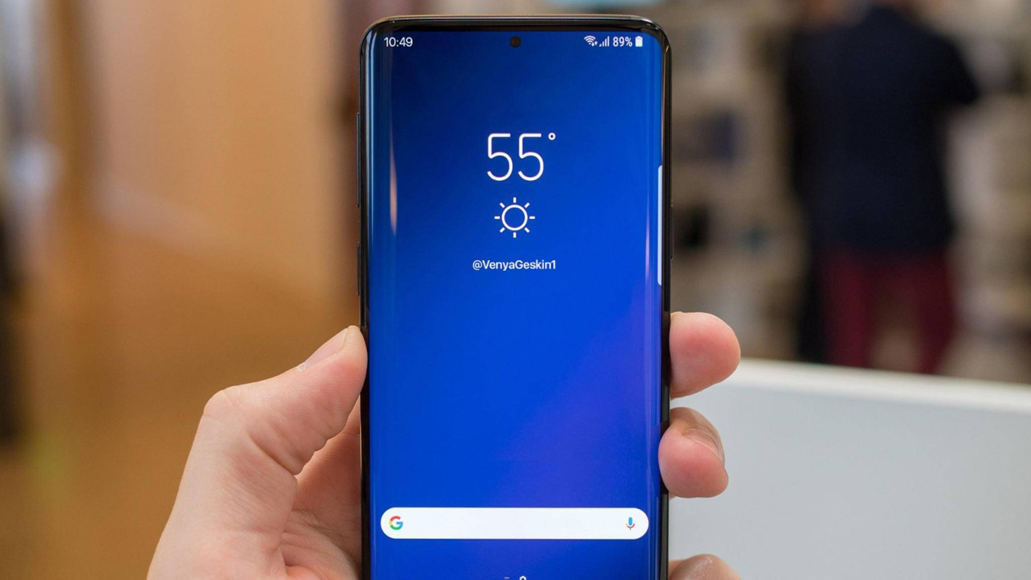 Eine geleakte Displayschutz-Folie deutet ein fast randloses Display beim Galaxy S10 an.