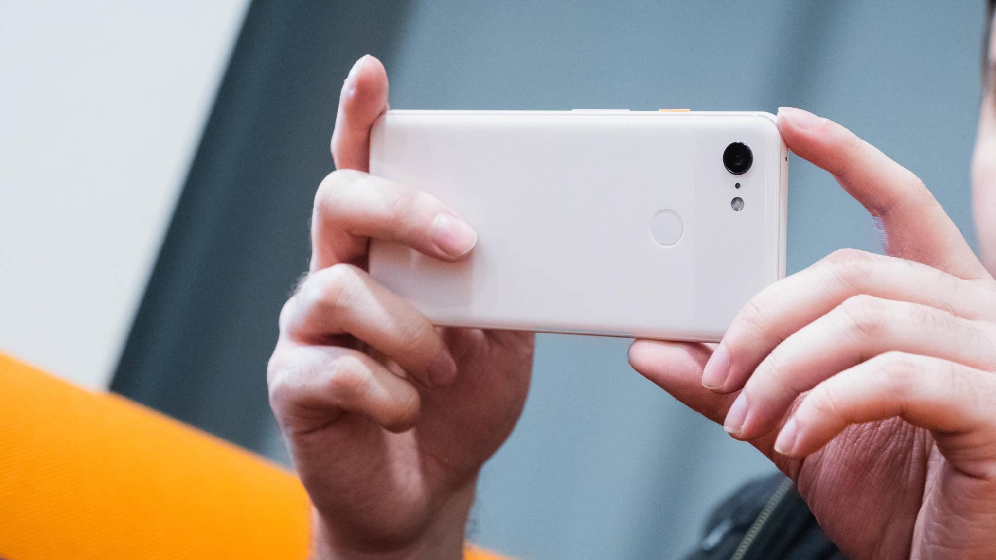 Das Google Pixel 3 (im Bild) wird durch einen Mittelklasse-Ableger ergänzt.