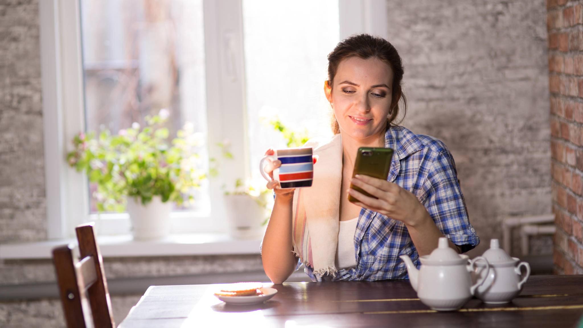 Frau Küche Kaffee Smartphone