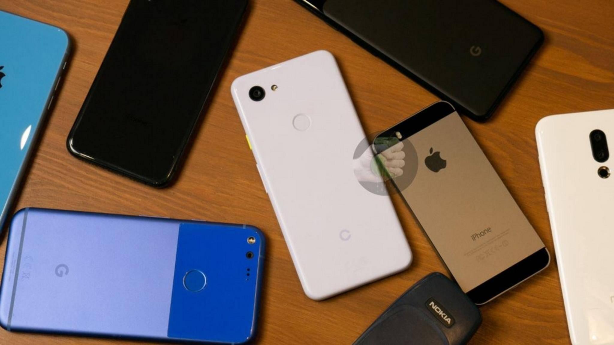 Das vermeintliche Pixel 3 Lite im Kreise anderer Smartphones.