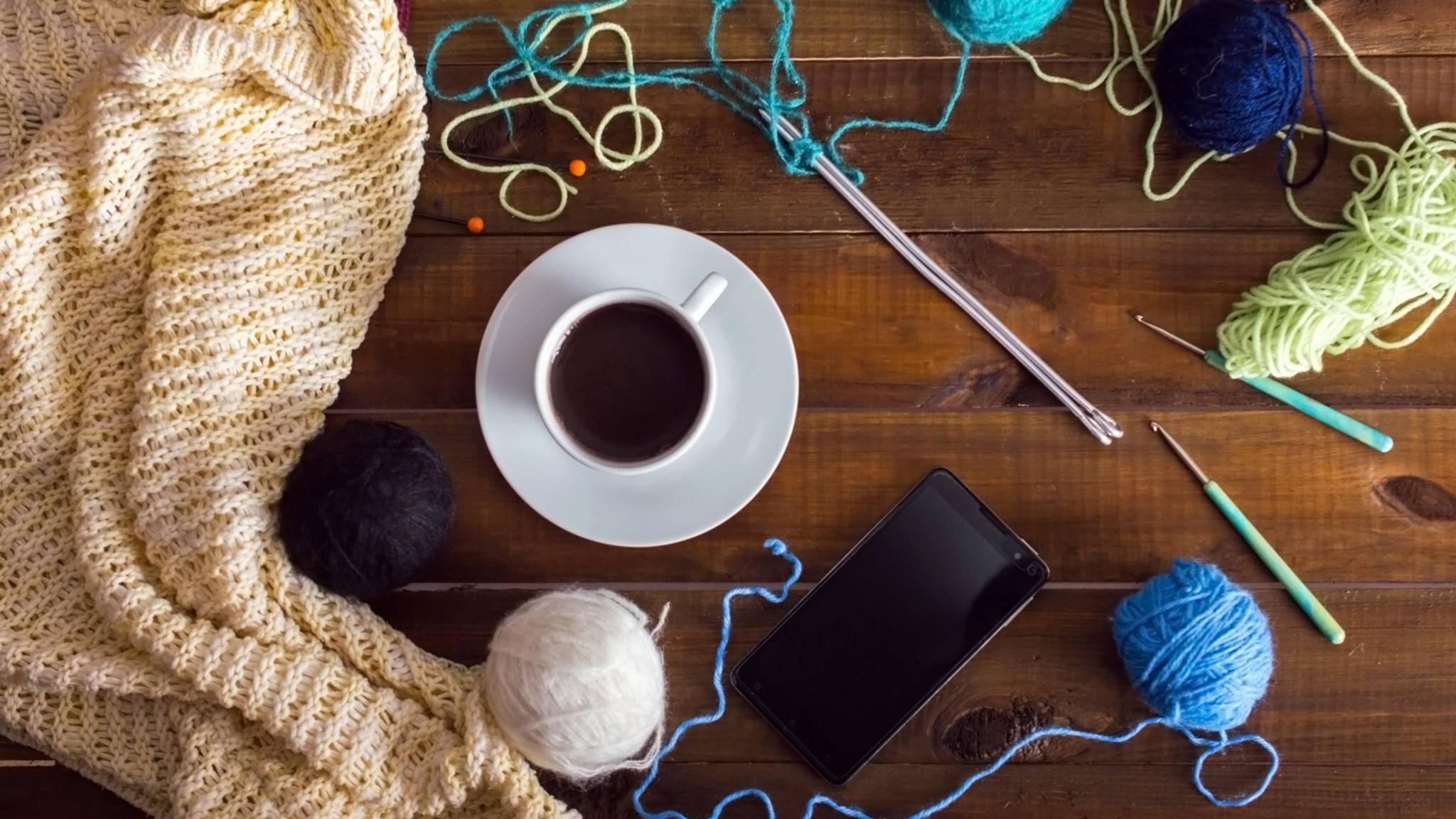 Mit der passenden Handarbeits-App wird das Smartphone zum praktischen Helfer beim Stricken und Häkeln.