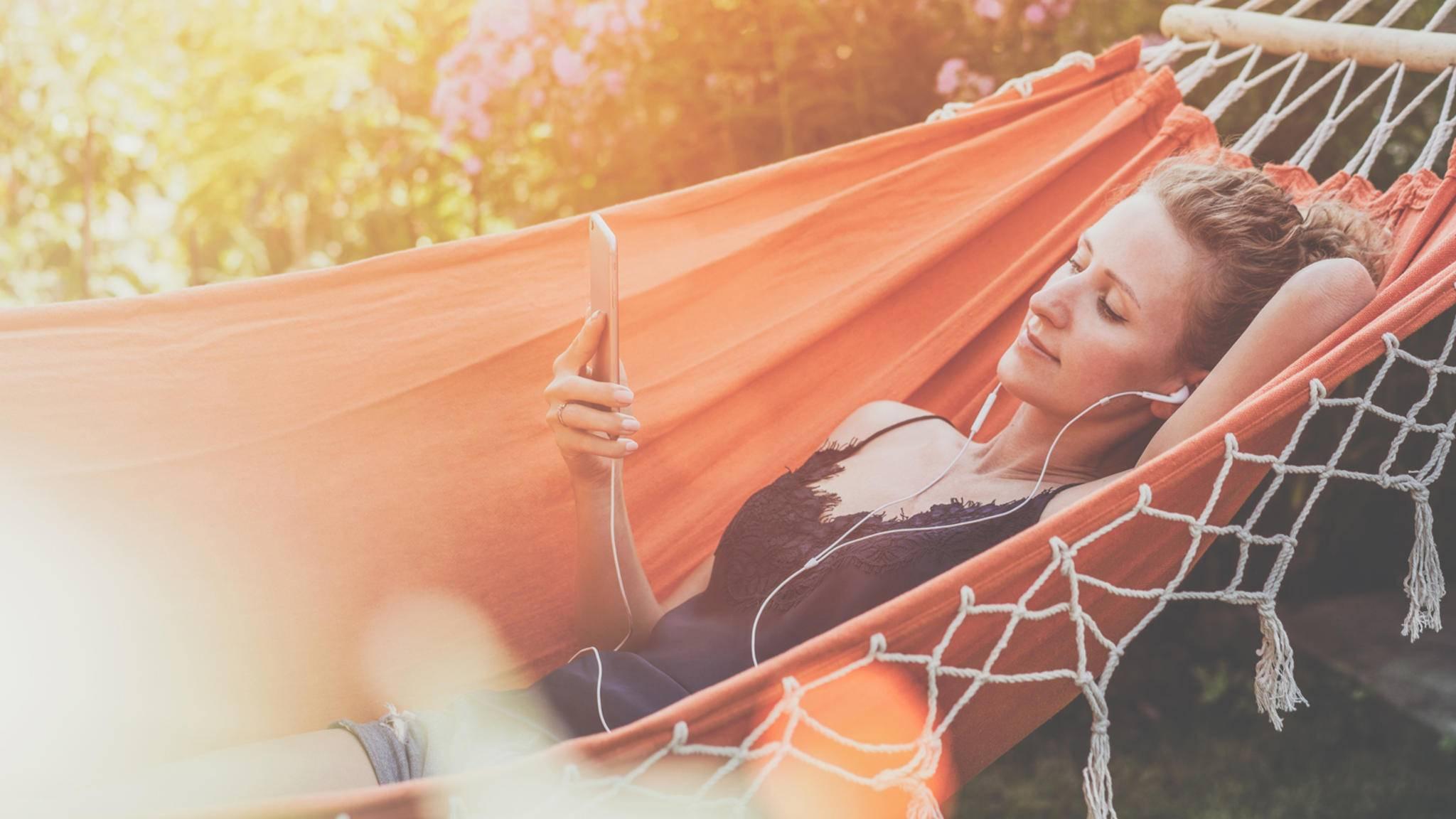 Wer im Urlaub mal wieder ohne Smartphone abhängen möchte, kann jetzt einen Social-Media-Sitter engagieren.