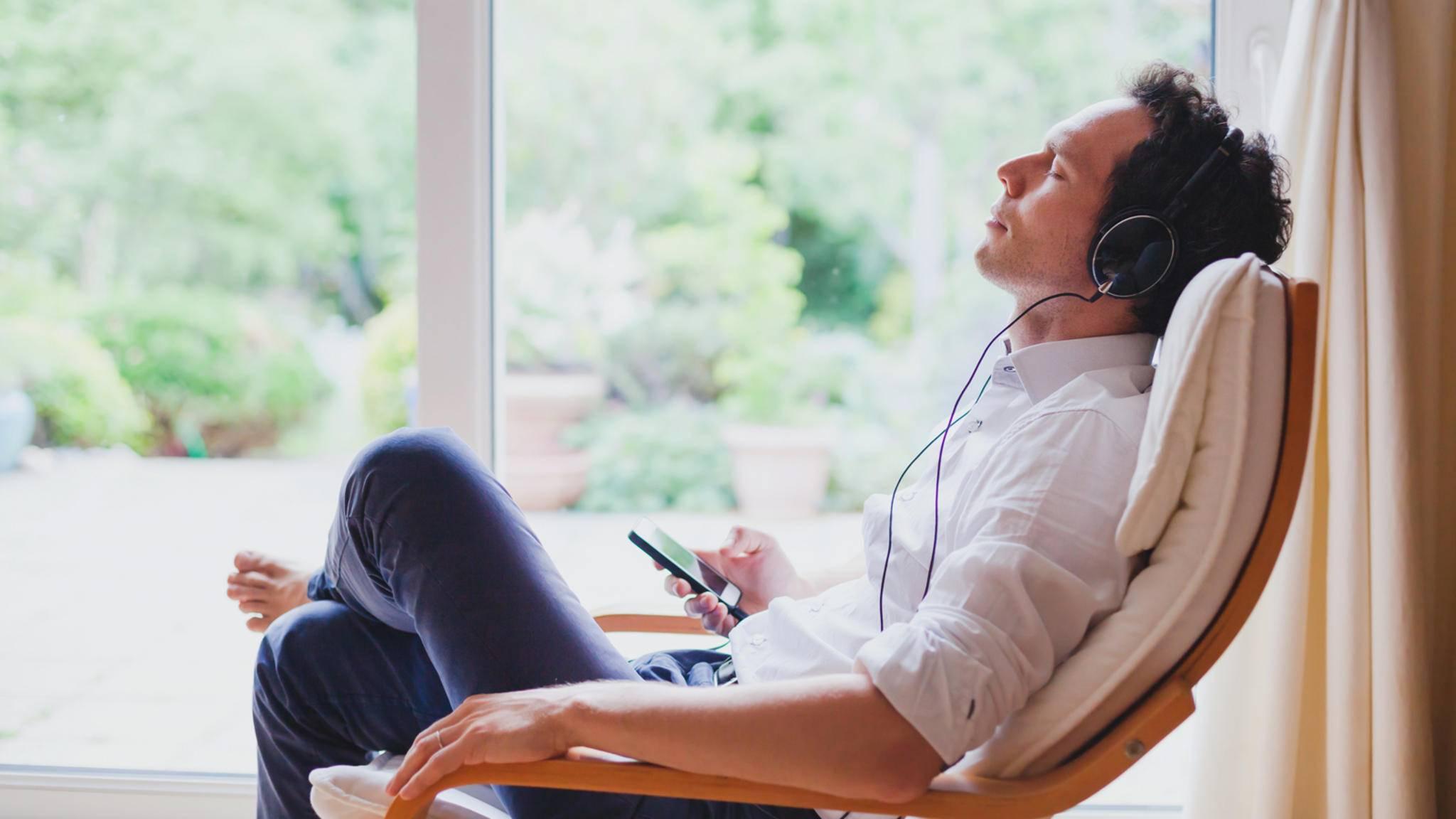 Kopfhörer-Smartphone-Mann-entspannt-anyaberkut-AdobeStock_164645418