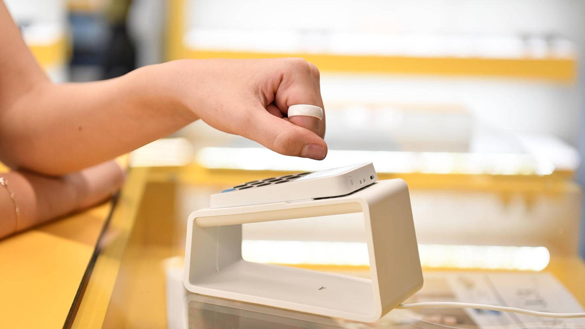 Mit dem McLear Ring kannst Du per Handgeste bezahlen.