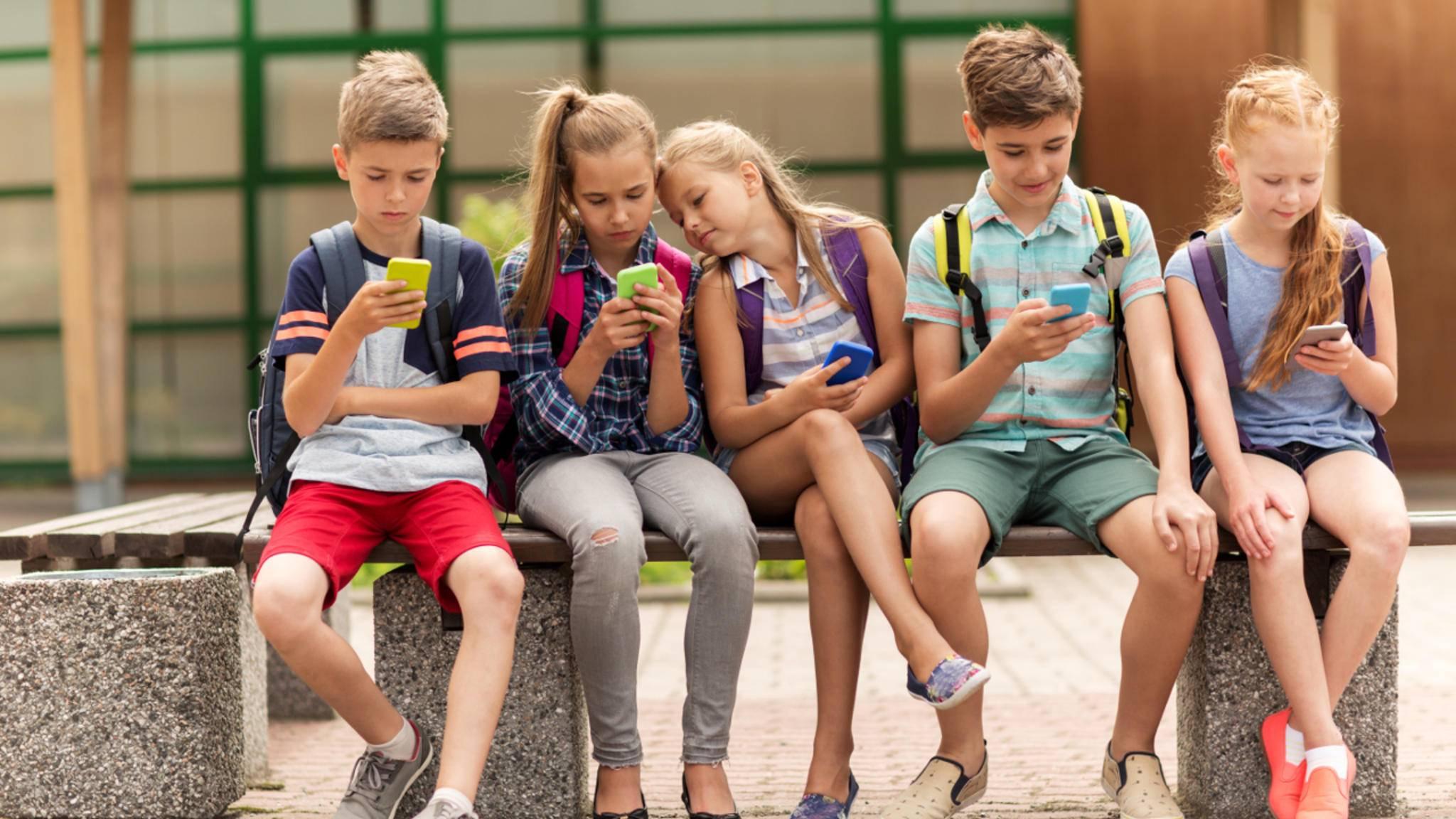 Für Kinder bietet sich ein stabiles und günstiges Smartphone an.