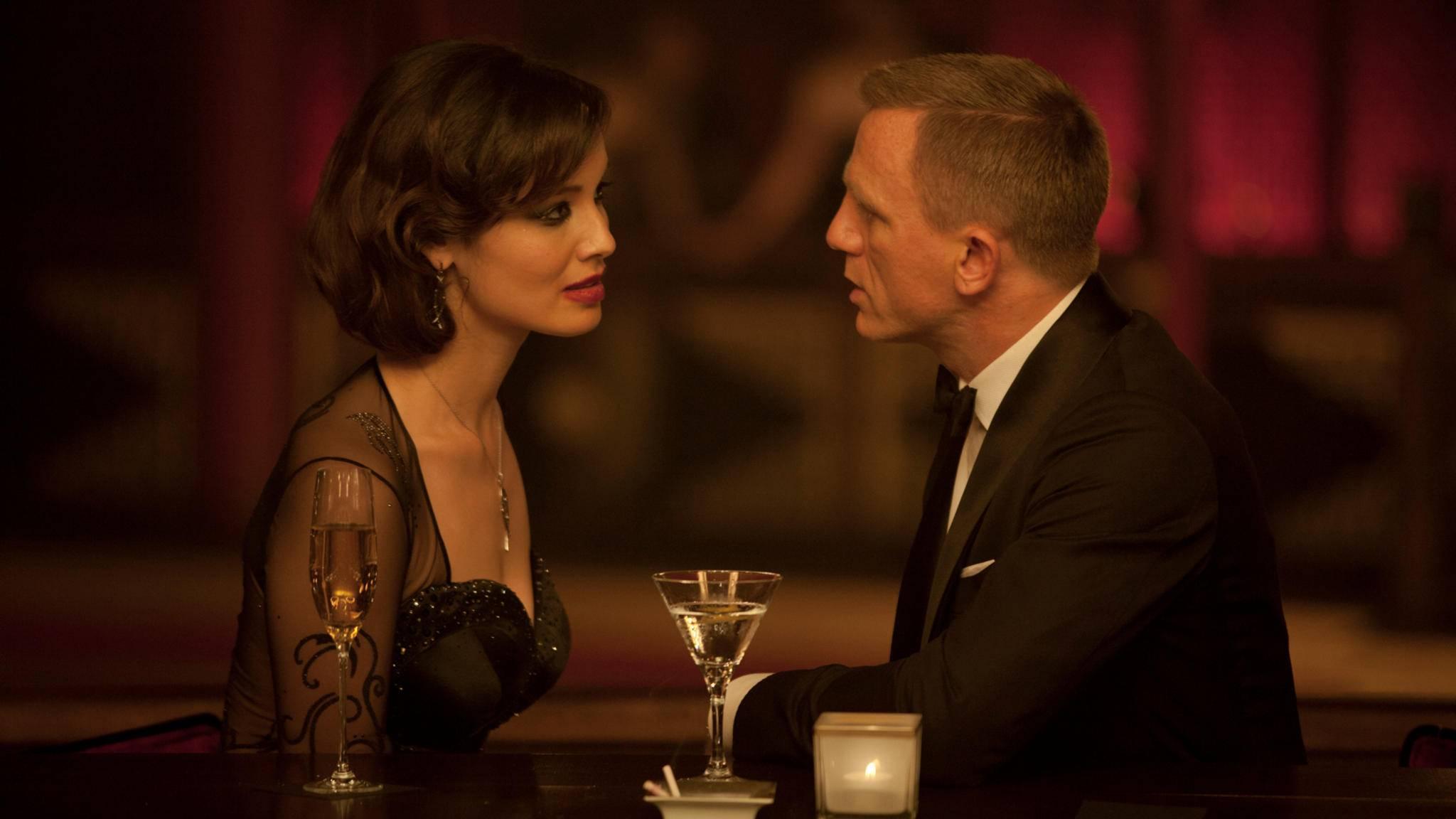 Auch James Bond (Daniel Craig) trinkt am liebsten in Gesellschaft.