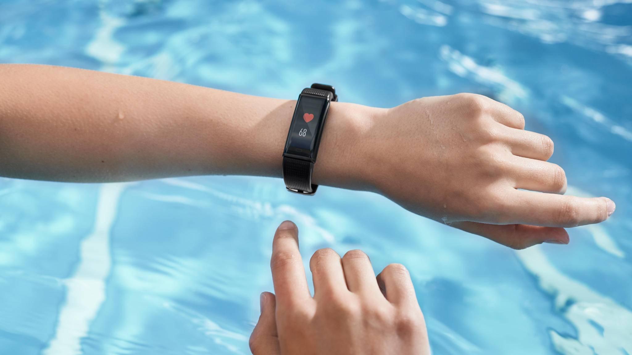 Mit dem neuen Fitness-Tracker von Acme kannst Du auch bedenkenlos ins Wasser springen.
