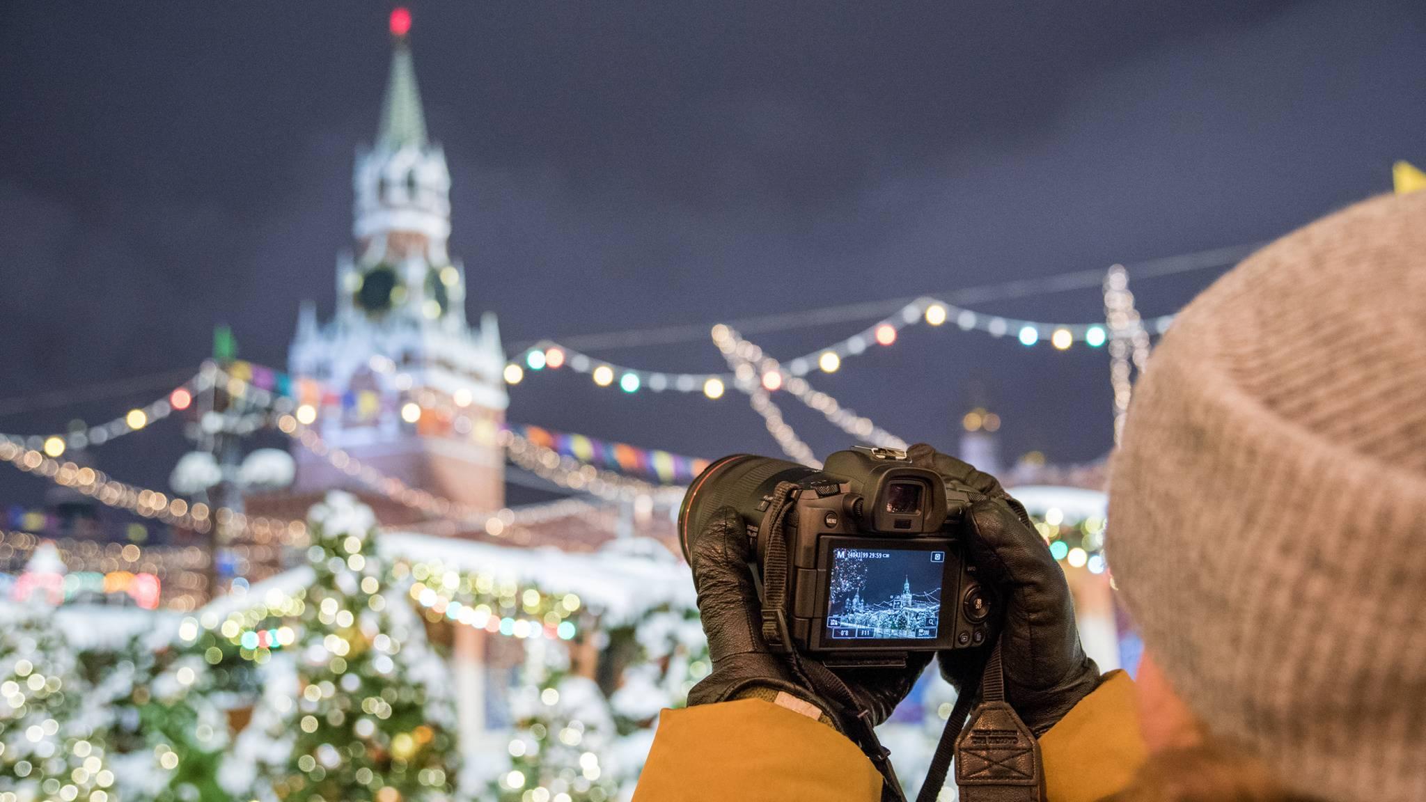 Canon und Nikon bieten nun auch Vollformat-DSLMs wie die Canon EOS R an.