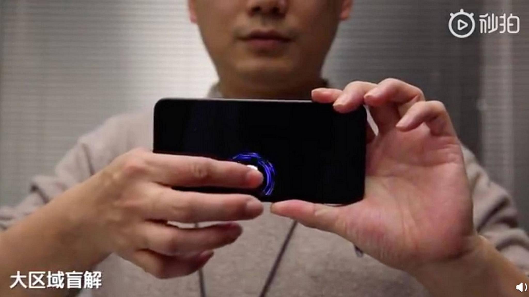 Dank eines größeren Fingerabdrucksensors wird das Entsperren in einem großen Displaybereich möglich.