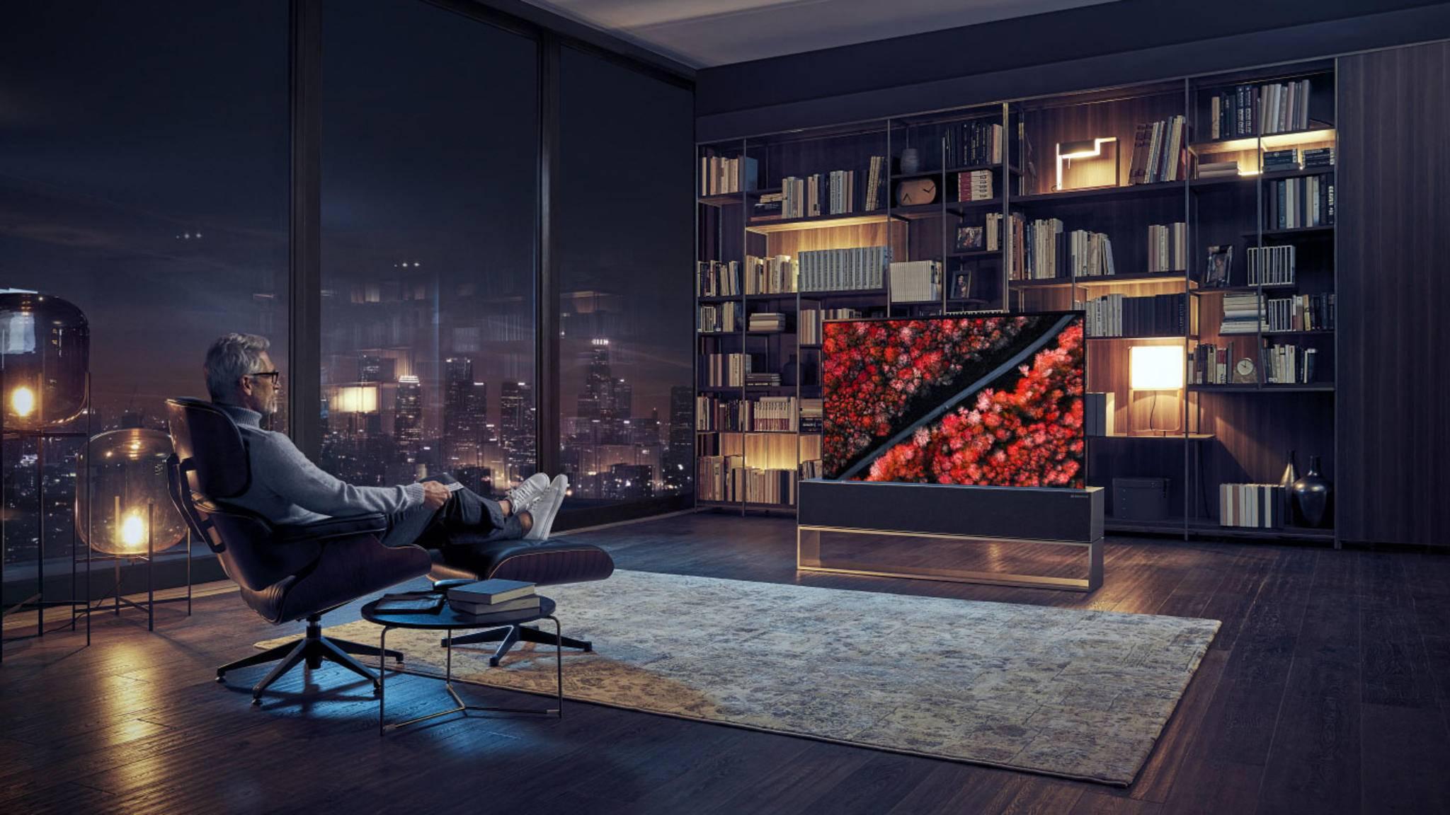 Lässt sich bei Bedarf einfach einrollen: Der neue OLED-TV von LG, der auf der CES 2019 für staunende Gesichter sorgte.