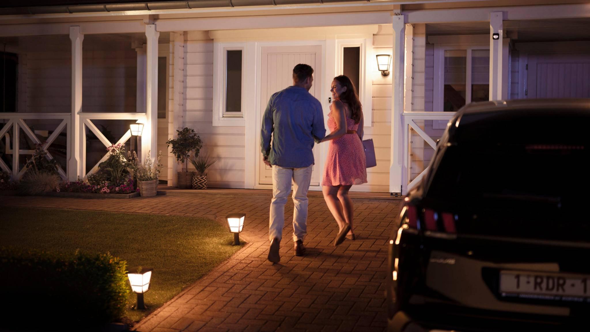 Bewegungsmelder im Vorgarten, die mit einem Lichtsystem verbunden sind, lassen Dich beim Heimkommen nicht im Dunkeln stehen.