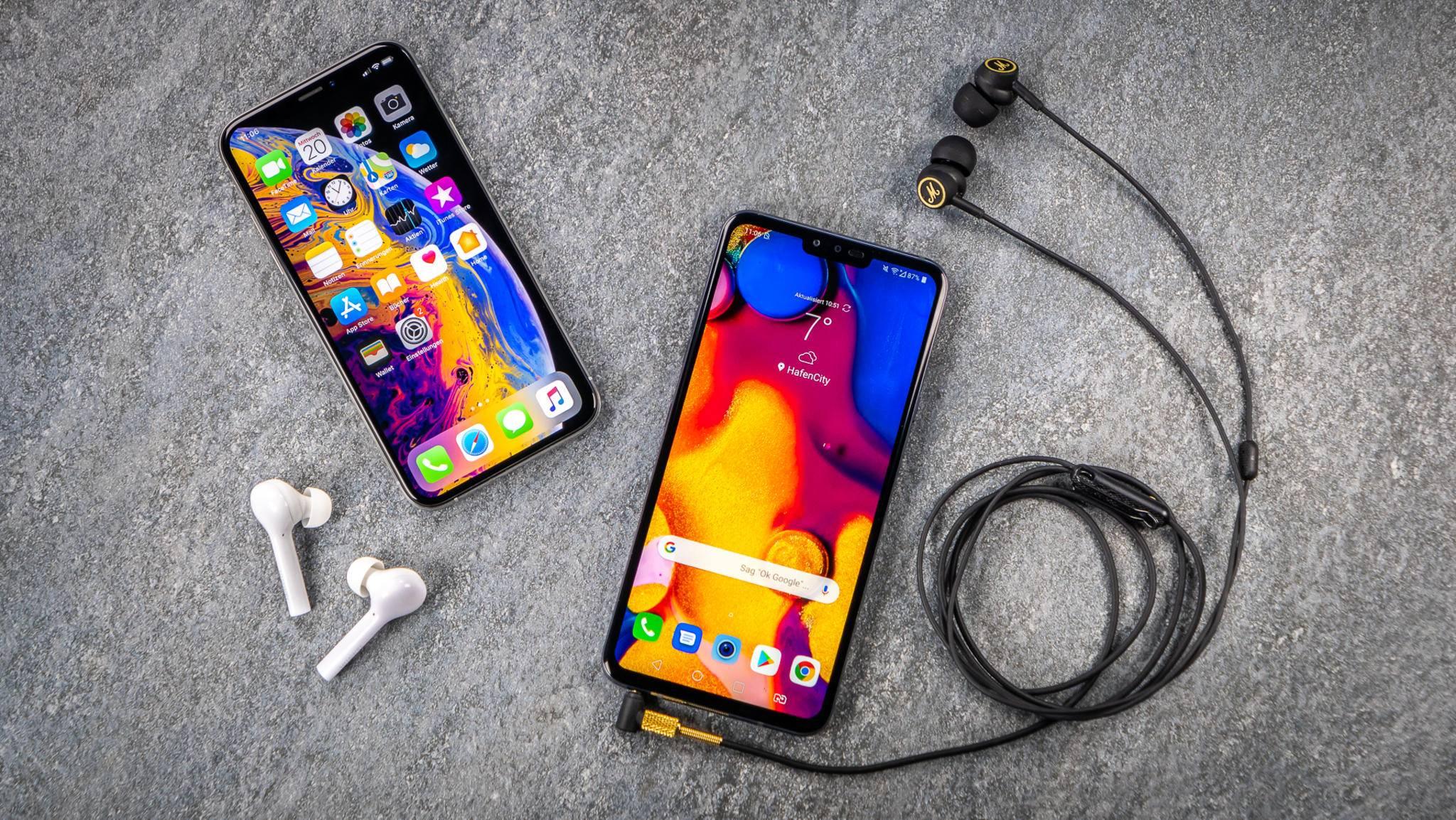 Dank Bluetooth gibt es keinen Kabelsalat, aber die Klangqualität ist mit Kabelanschluss höher (links: iPhone XS, rechts: LG V40 ThinQ)