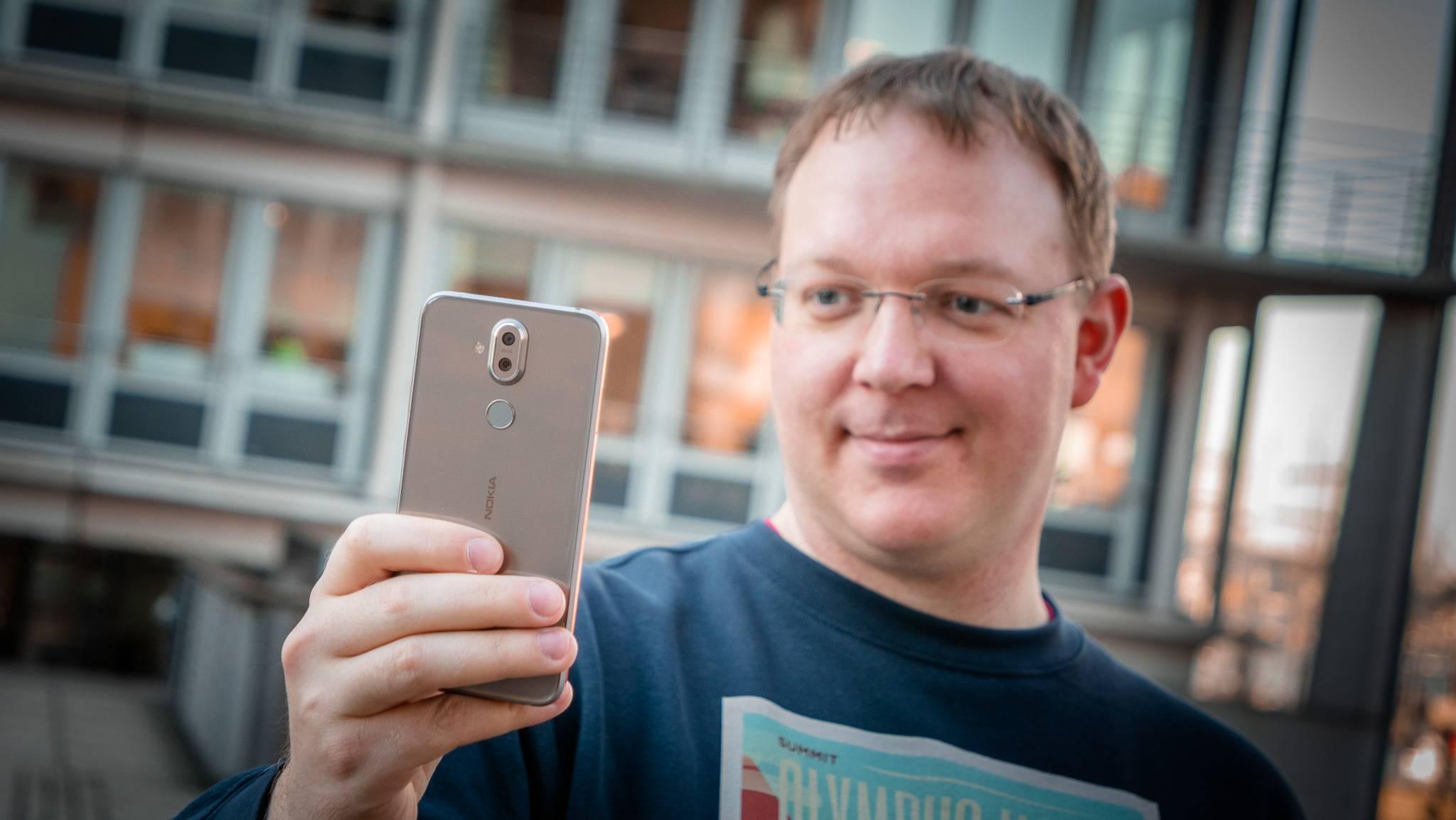 Das Nokia 8.1 sticht mit seinem wertigen und eigenständigen Äußeren aus der Mittelklasse hervor.