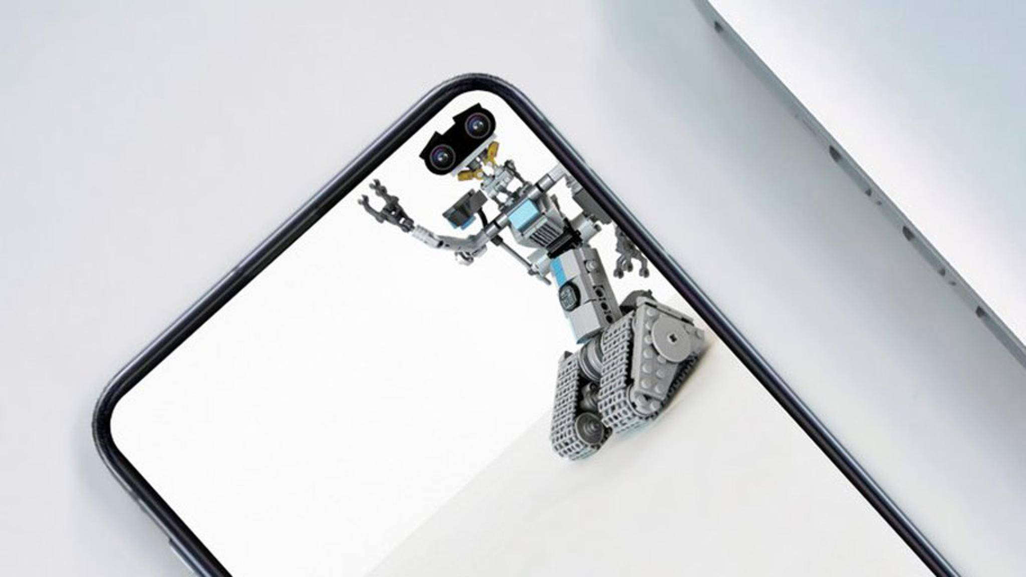 """Johnny 5 aus dem Film """"Short Circuit"""" nutzt die Dual-Cam des Galaxy S10 Plus bestens aus."""