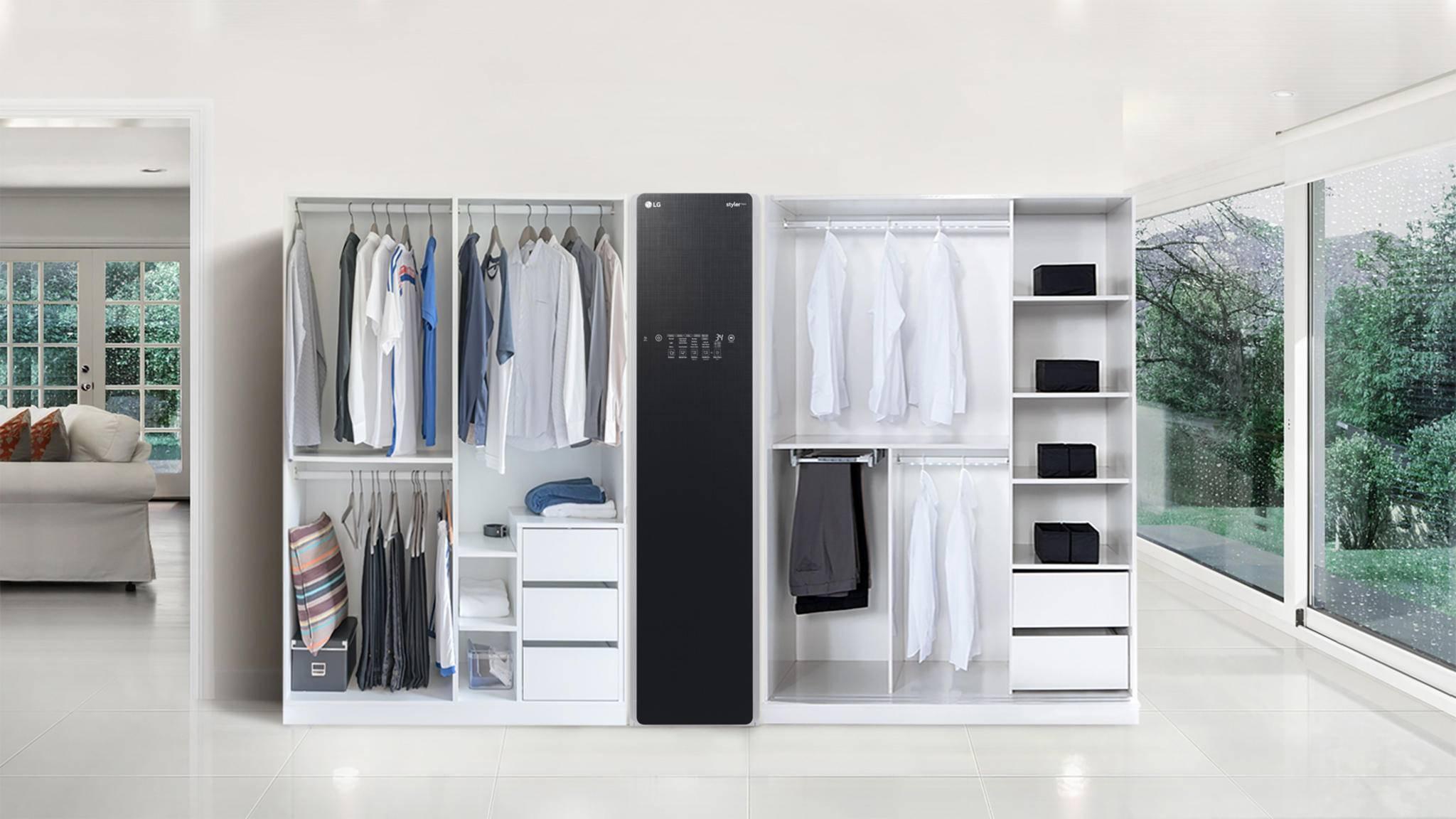 Das Kleiderpflegesystems LG Styler fügt sich dezent ins Schranksystem ein.