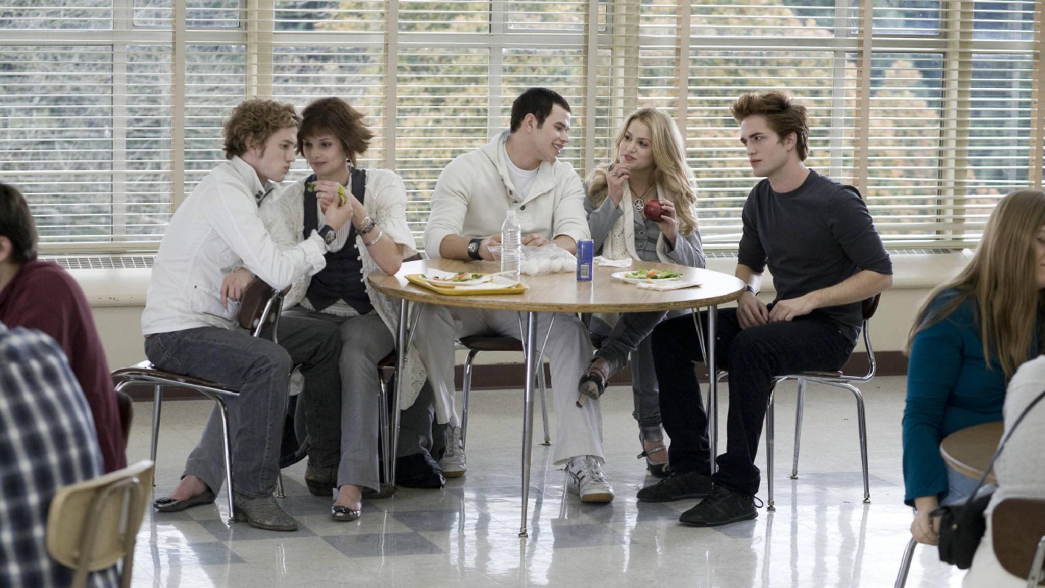 """Vom Teenie-Vampir zum Action-Helden? """"Twilight""""-Star Robert Pattinson (rechts im Bild) soll in Christopher Nolans neuem Film eine Hauptrolle spielen."""