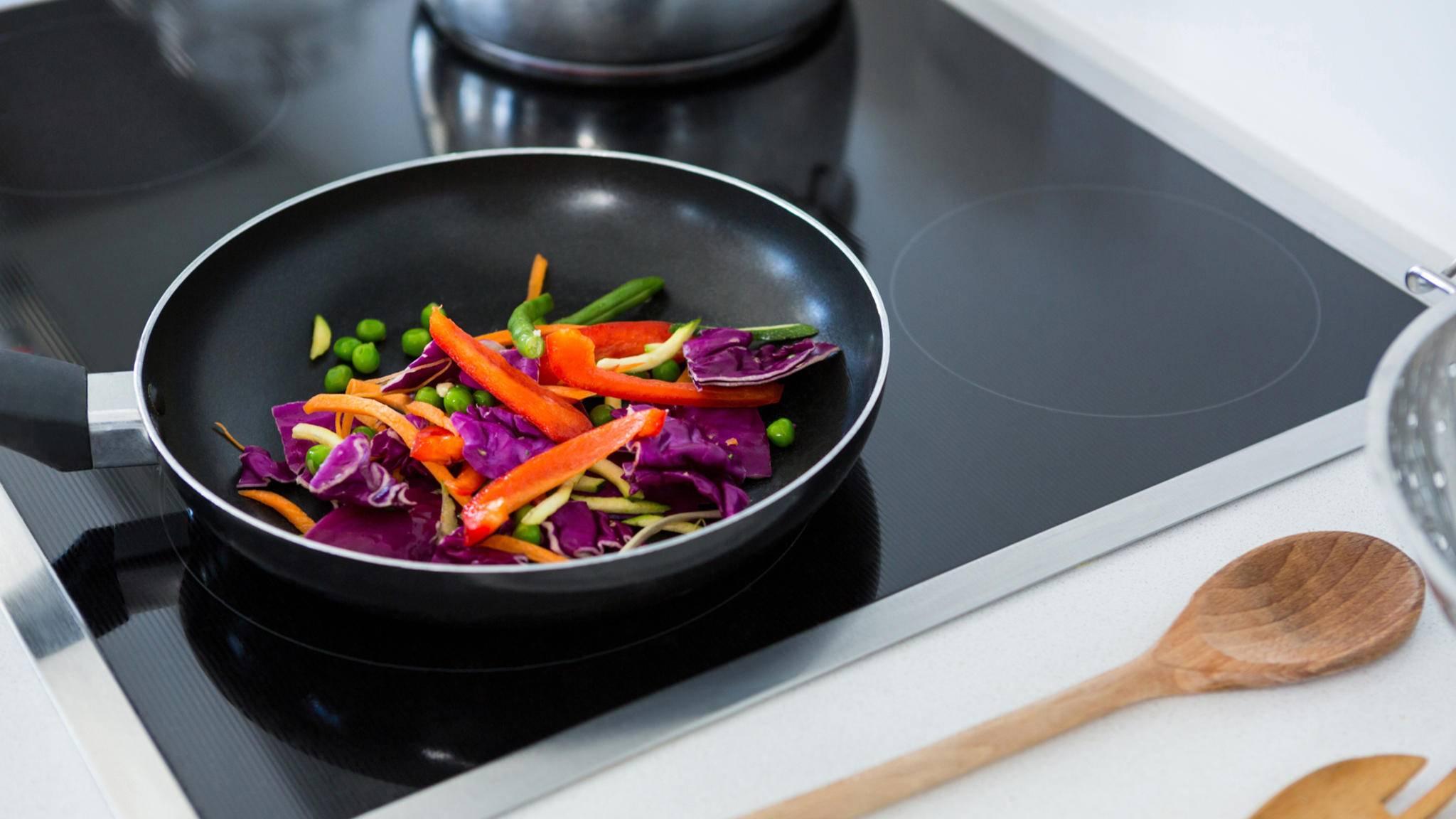 Für den Induktionsherd wird das passende Kochgeschirr benötigt.