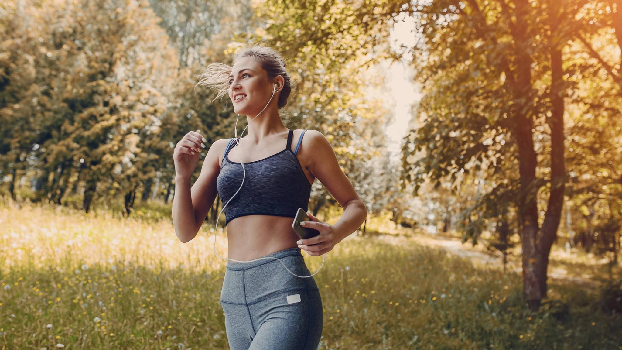 joggen laufen wald frau smartphone frühling