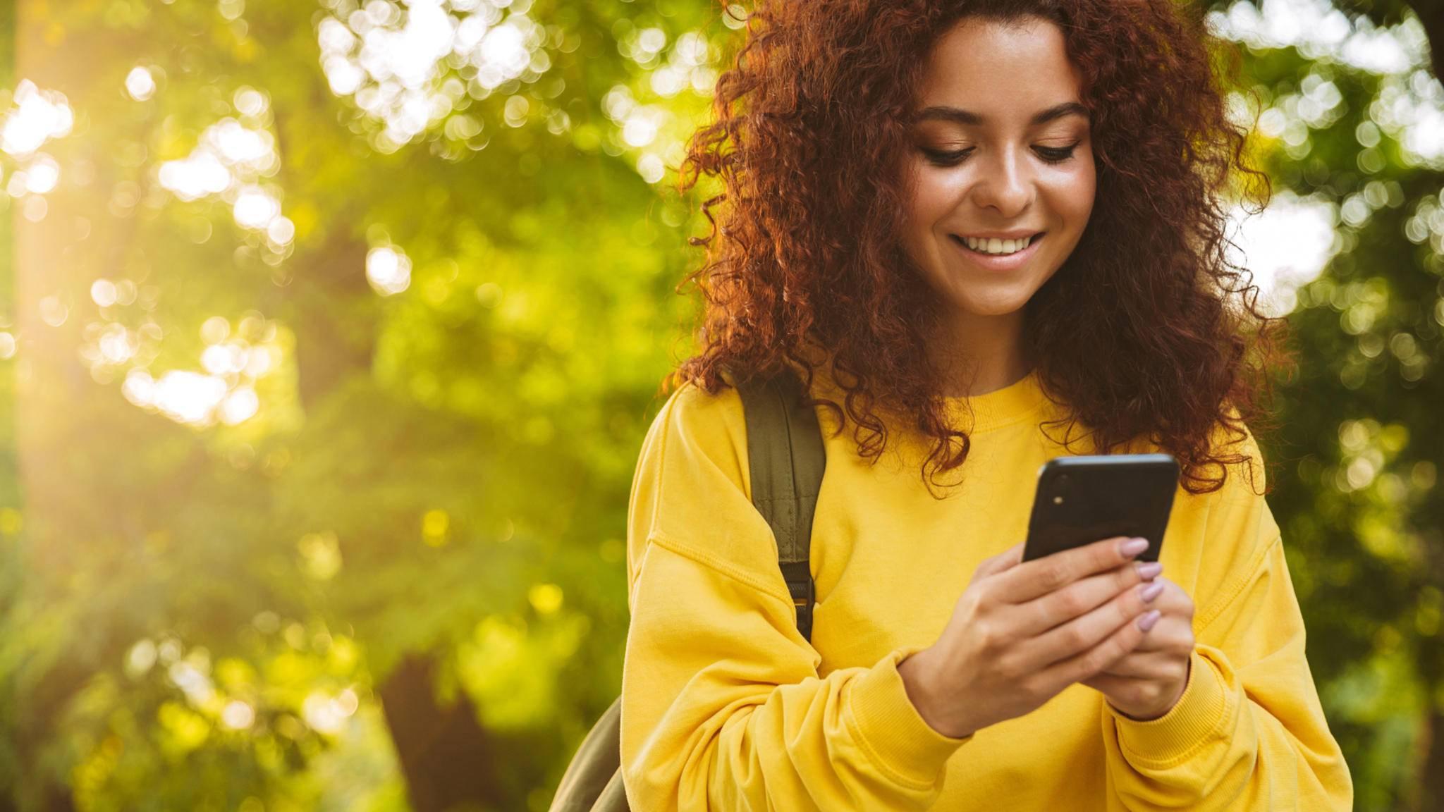 schrittzähler apps frau smartphone wald