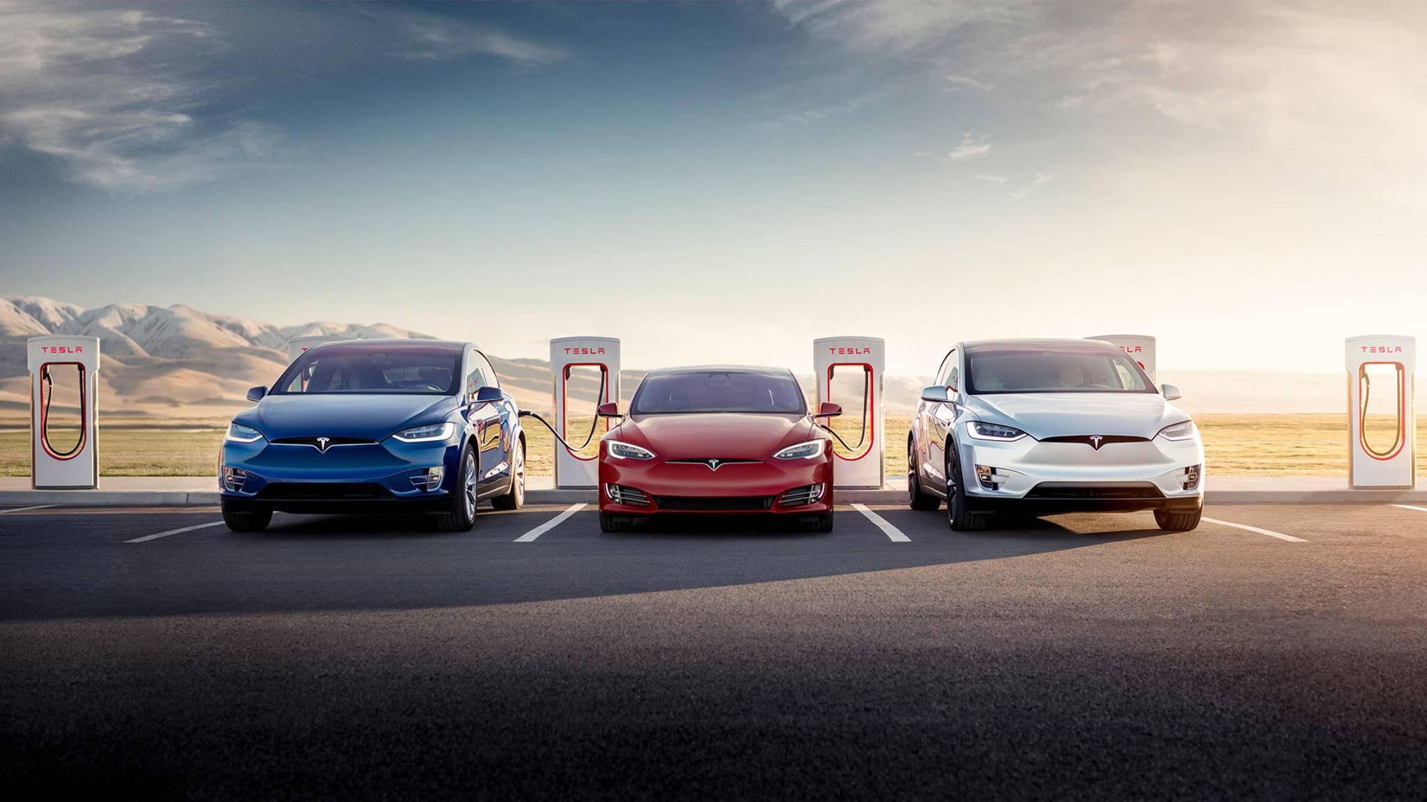 In Deutschland noch ein seltenes Bild: Tesla-Fahrzeuge tanken Energie am Supercharger.