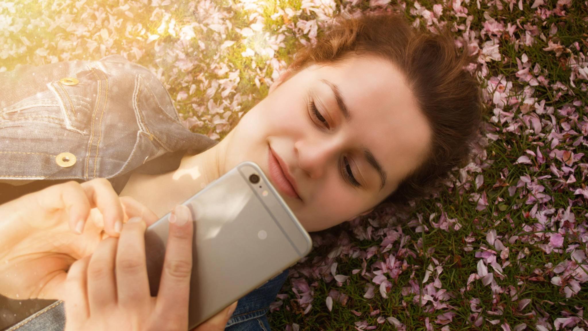Der Frühling kommt und verbreitet gute Laune. Mit dem passenden WhatsApp-Spruch kannst Du aber auch etwas nachhelfen ...