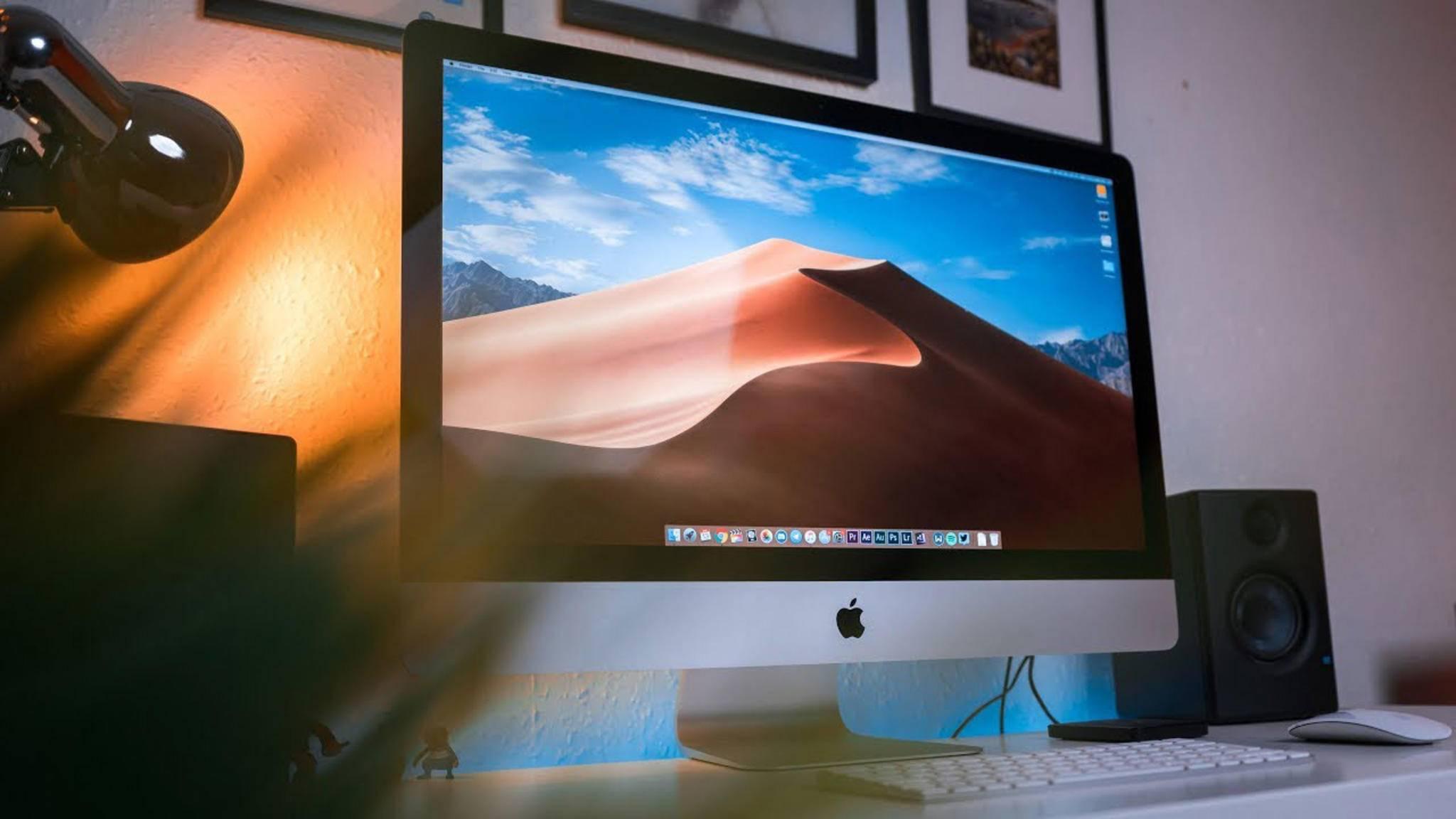 Apple iMac steht auf einem Schreibtisch.