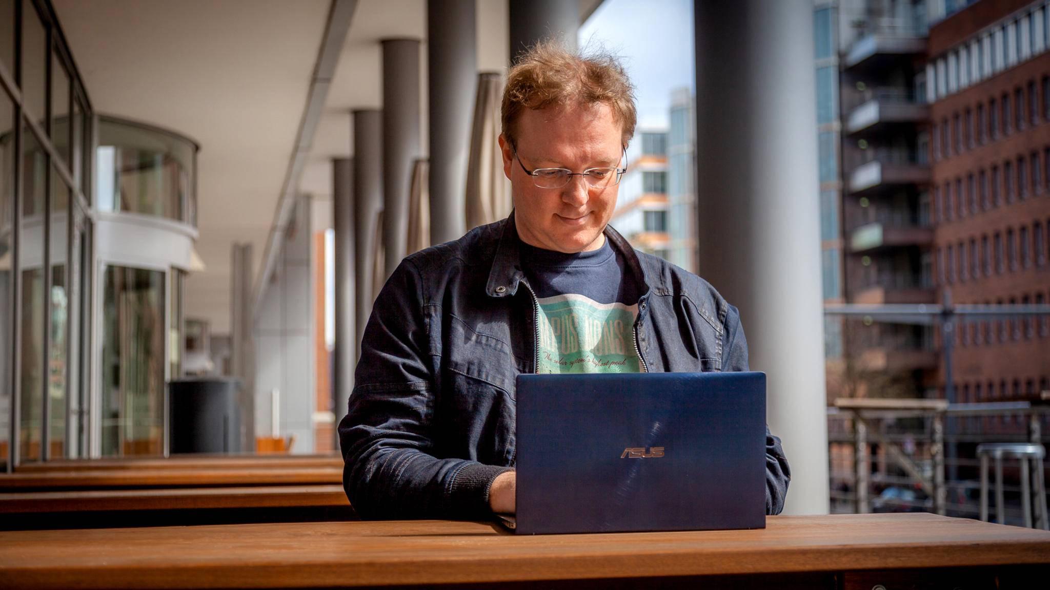Moderne Laptops wie das Asus ZenBook 14 wiegen trotz großem Bildschirm wenig mehr als 1 Kilogramm – perfekt für unterwegs.