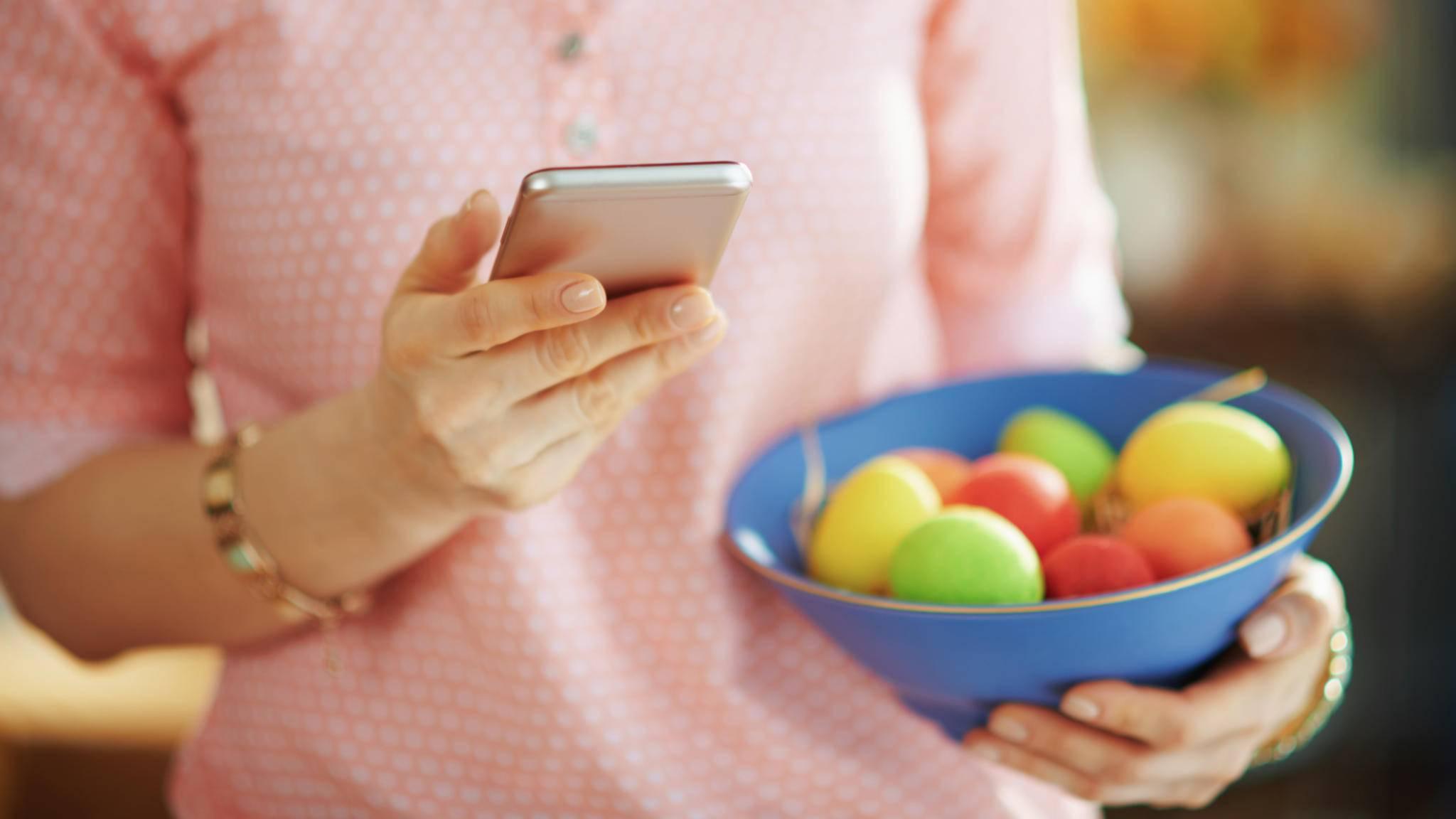 Osternest Eier Ostern Frau Smartphone