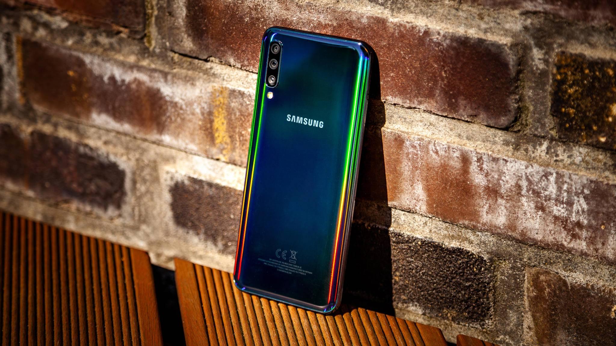 Die in Regenbogenfarben spiegelnde Rückseite des Galaxy A50 haben wir noch bei keinem anderen Smartphone gesehen.