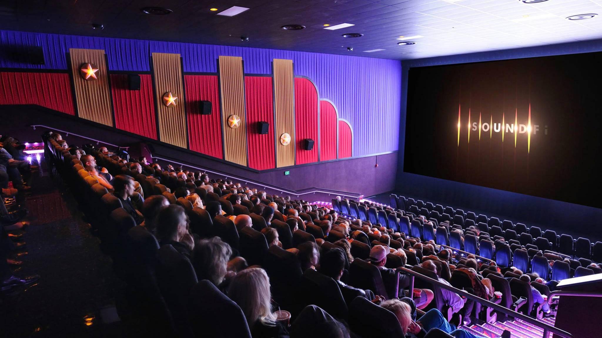 """Ein voller Kinosaal und alle schauen den Film in ihrer Lieblingssprache: """"SoundFi"""" will das möglich machen."""