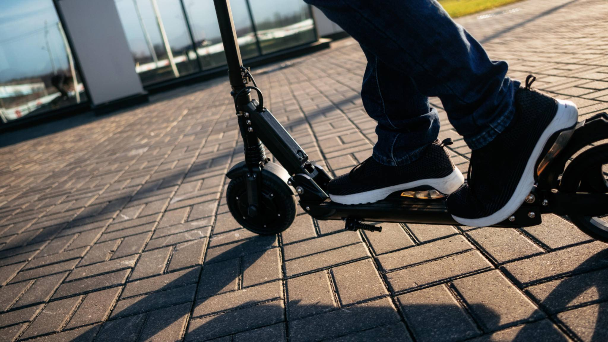 Wer einen E-Scooter kaufen will, sollte auf Dinge wie ein ABE-Kennzeichen achten.