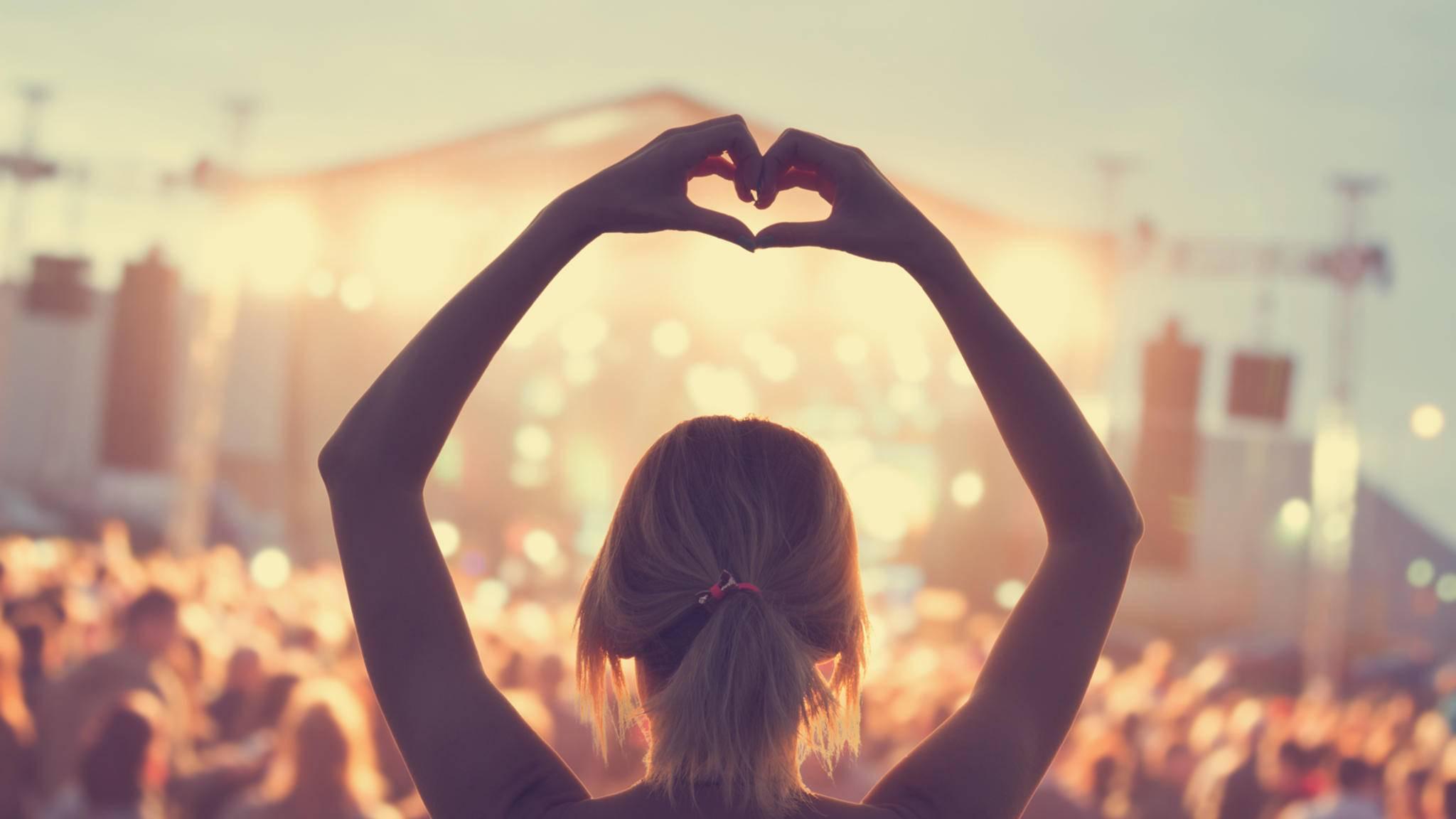 Love is in the Air! Dank Tinder geht's auf Festivals bald noch heißer her.