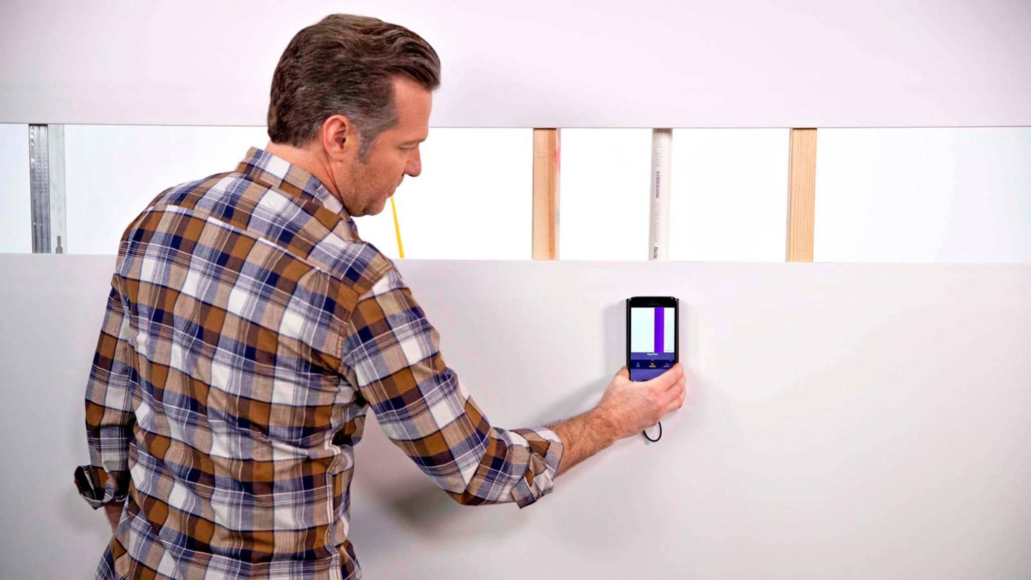 Walabot erkennt nicht nur, wo sich Hindernisse in der Wand befinden, sondern kennzeichnet auch farblich, ob es sich um Kabel, Metall oder Holz handelt.