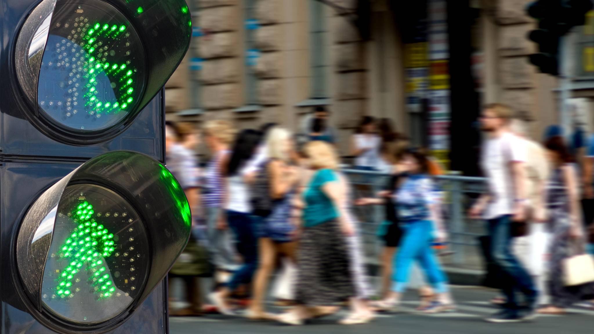 """Wollen noch viele Menschen die Straße überqueren, verlängert die """"denkende Ampel"""" die Grünphase einfach."""