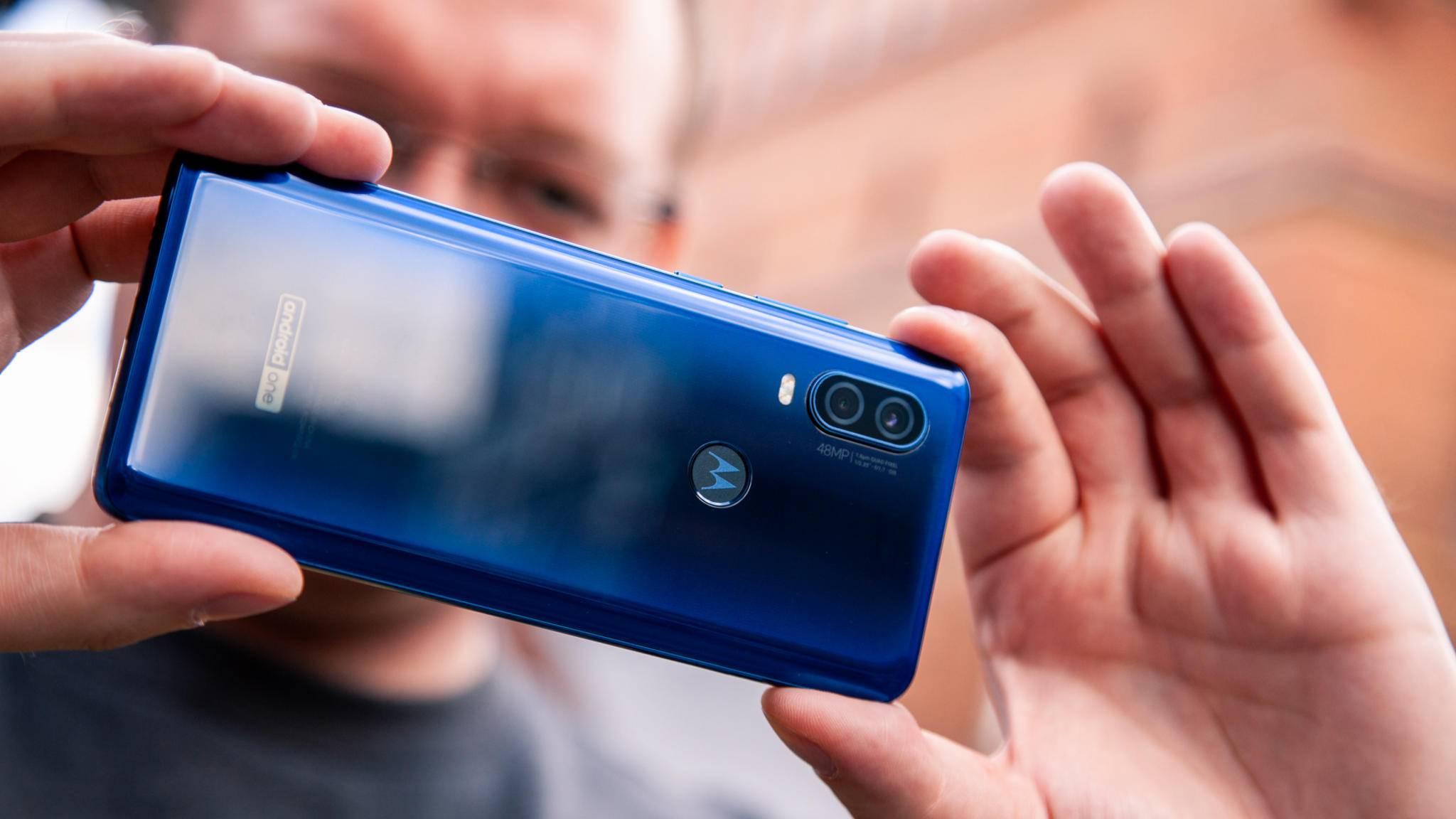 Die farbige Glasrückseite des Motorola One Vision wirkt recht eigenständig.