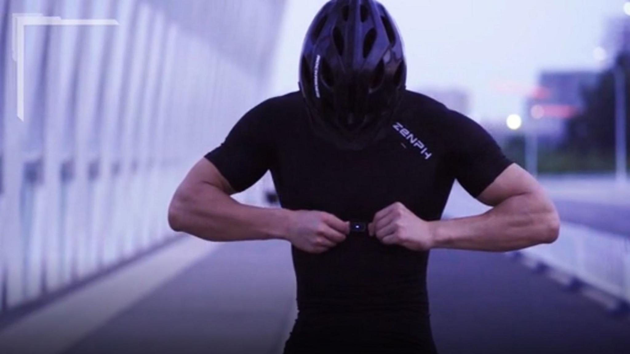 Der Sensor im Brustbereich des Shirts sendet Daten via Bluetooth an das Smartphone.