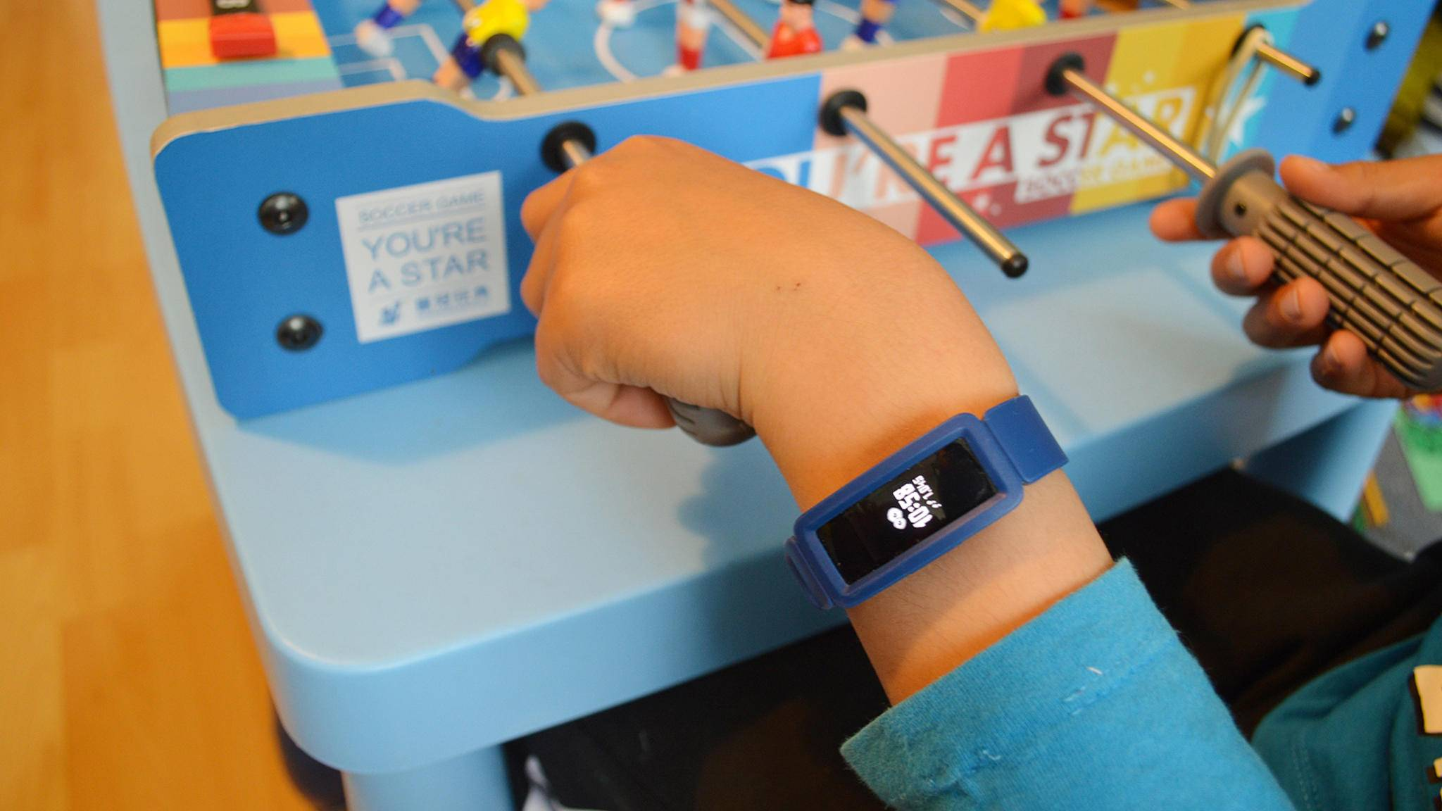 Der neue Kinder-Fitness-Tracker Fitbit Ace 2: wasserdicht, lange Akkulaufzeit und schon für Kinder ab sechs Jahren geeignet.