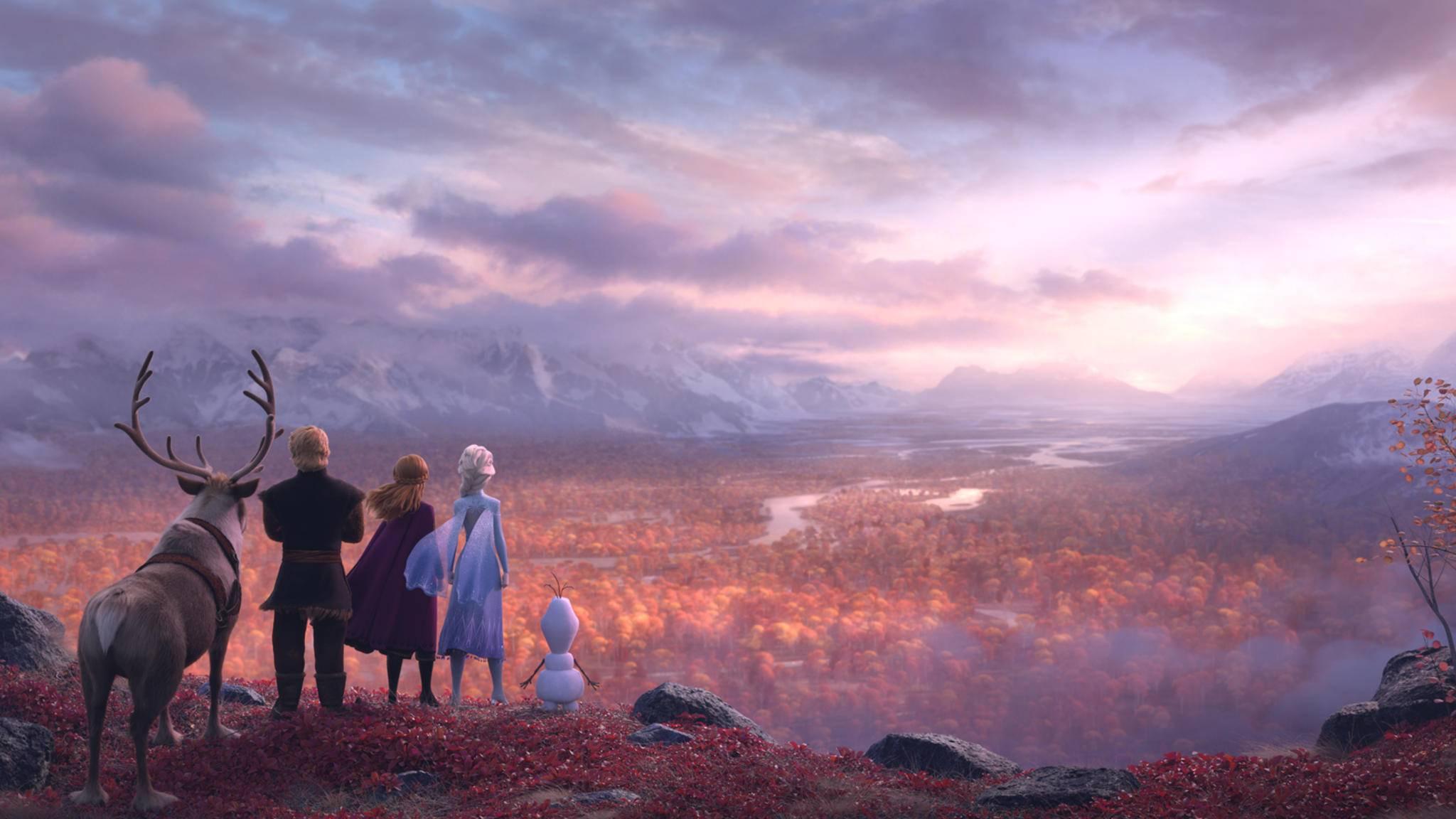 """""""Die Eiskönigin 2"""" führt Sven, Kristoff, Anna, Elsa und Olaf in einen verzauberten Wald."""