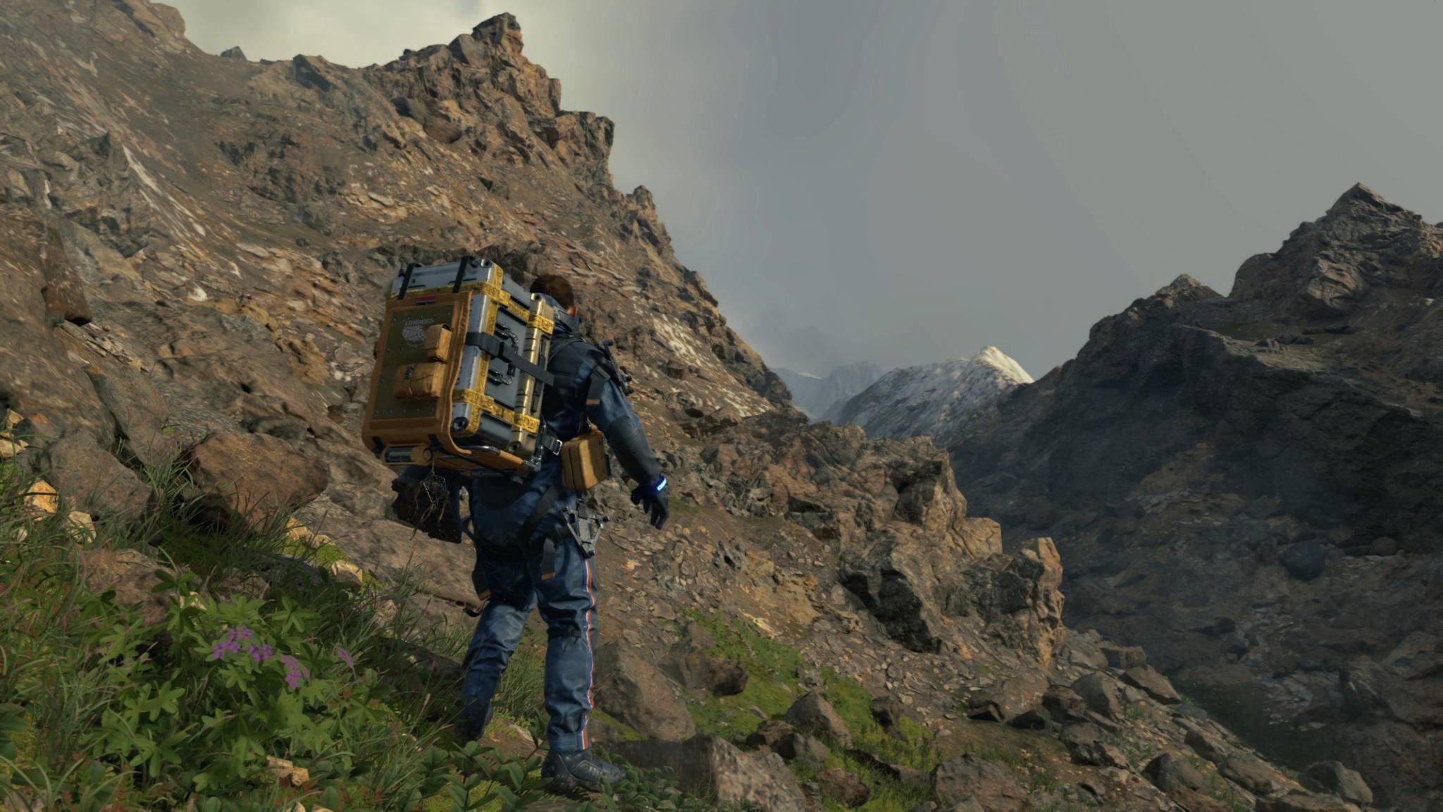 """Schwer beladen schleppt sich Sam Porter Bridges in """"Death Stranding"""" durch die Gegend – aber nur auf der PS4. Oder?"""