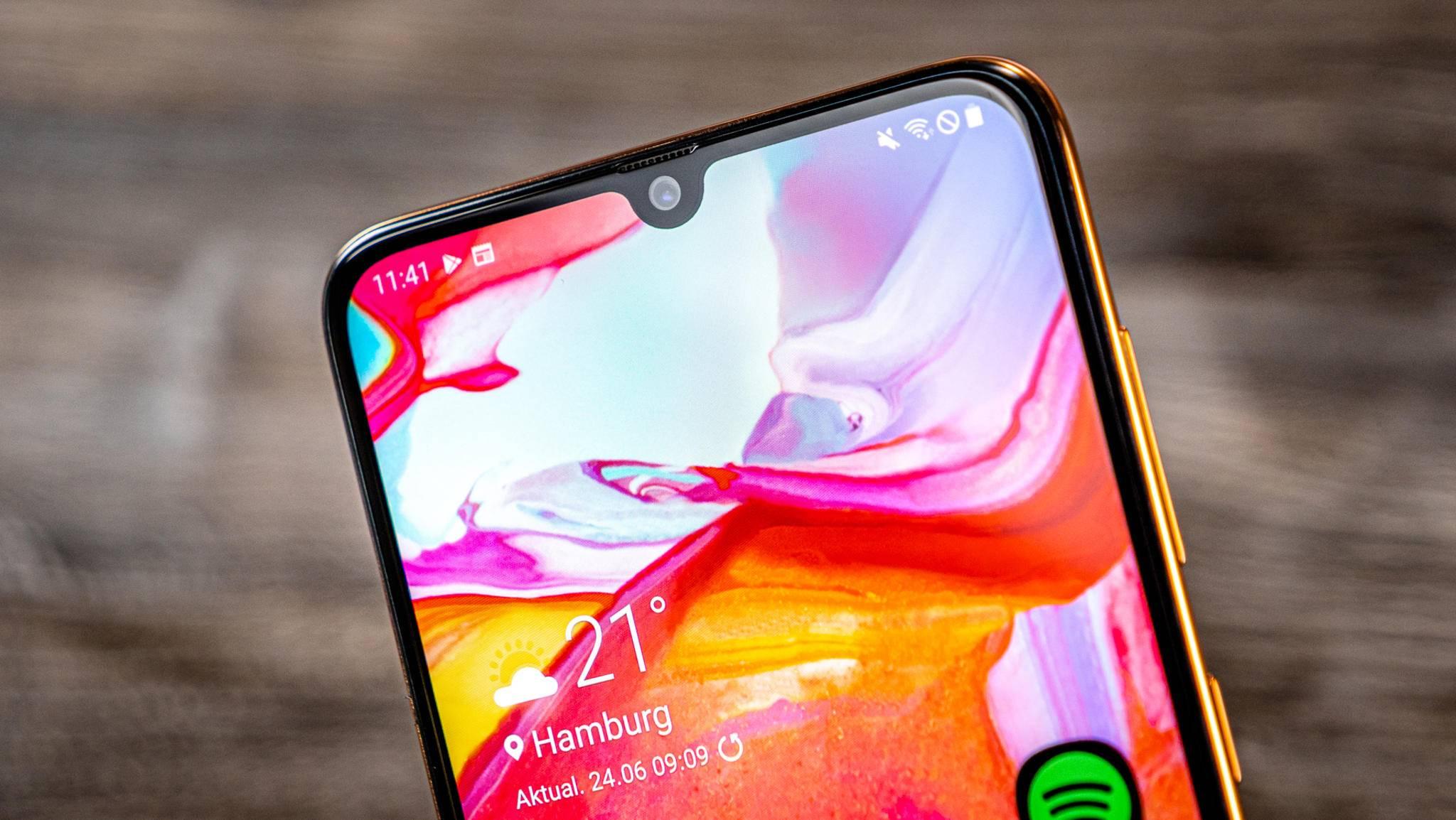 Eine App verspricht Firmware für Samsung-Smartphones (hier das Galaxy A70), leitet aber zu einer Werbe-Website um.